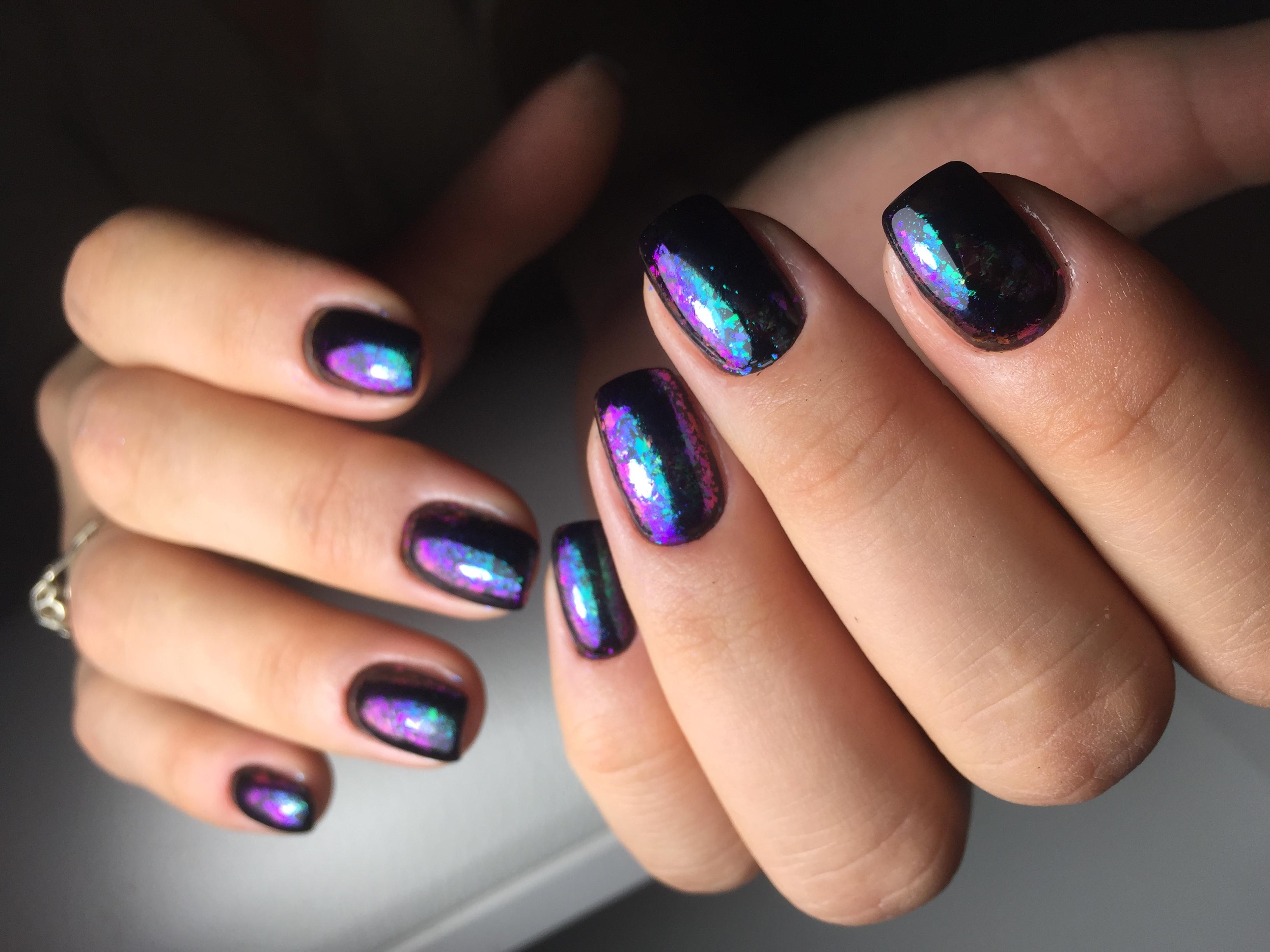 Космический маникюр с цветной фольгой в черном цвете на короткие ногти.
