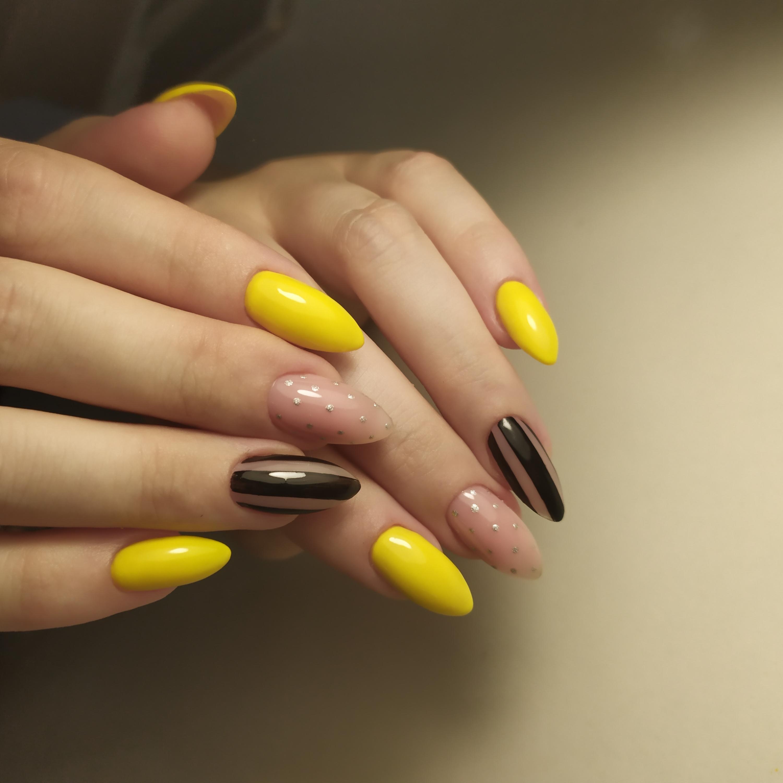 Маникюр с полосками в желтом цвете на длинные ногти.