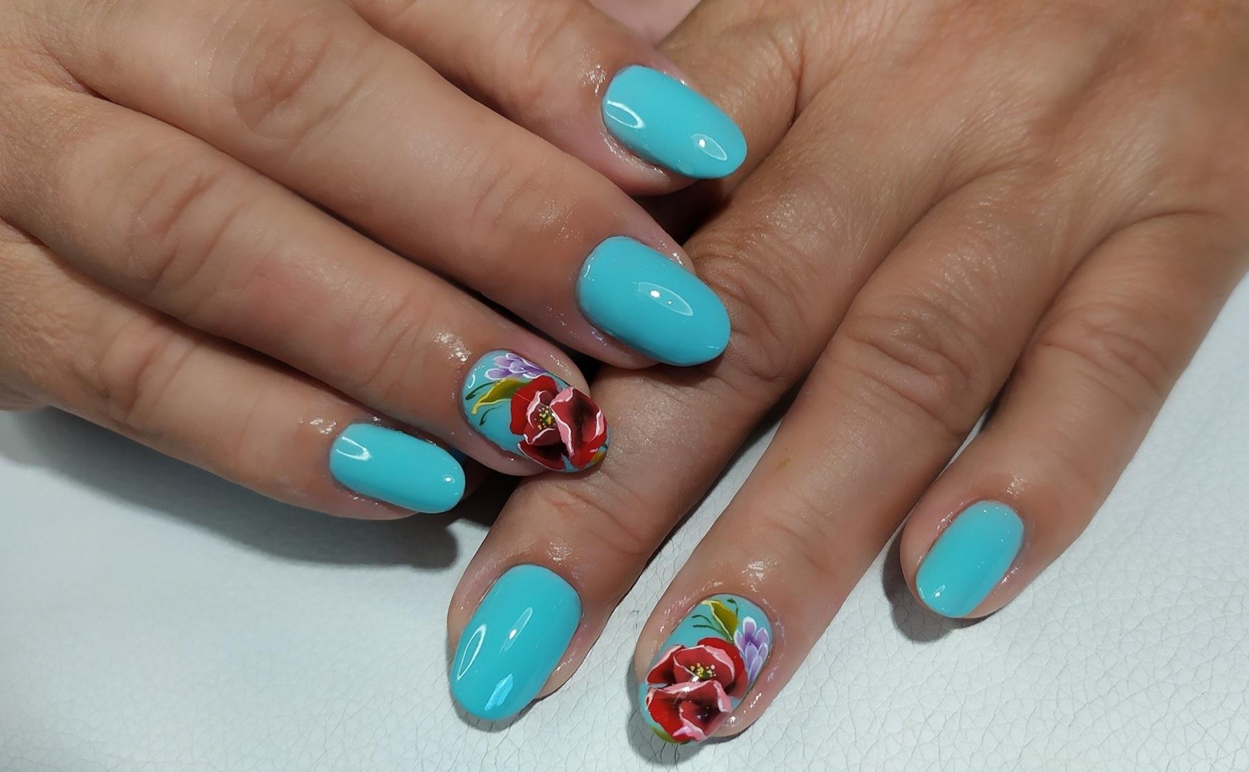 Маникюр с цветочным рисунком в голубом цвете на короткие ногти.