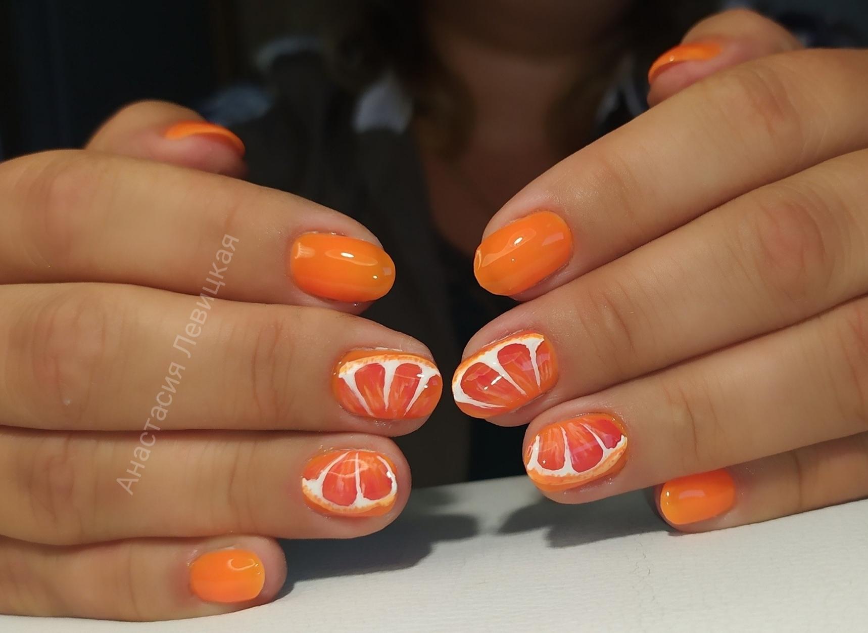 Маникюр с апельсином в оранжевом цвете на короткие ногти.