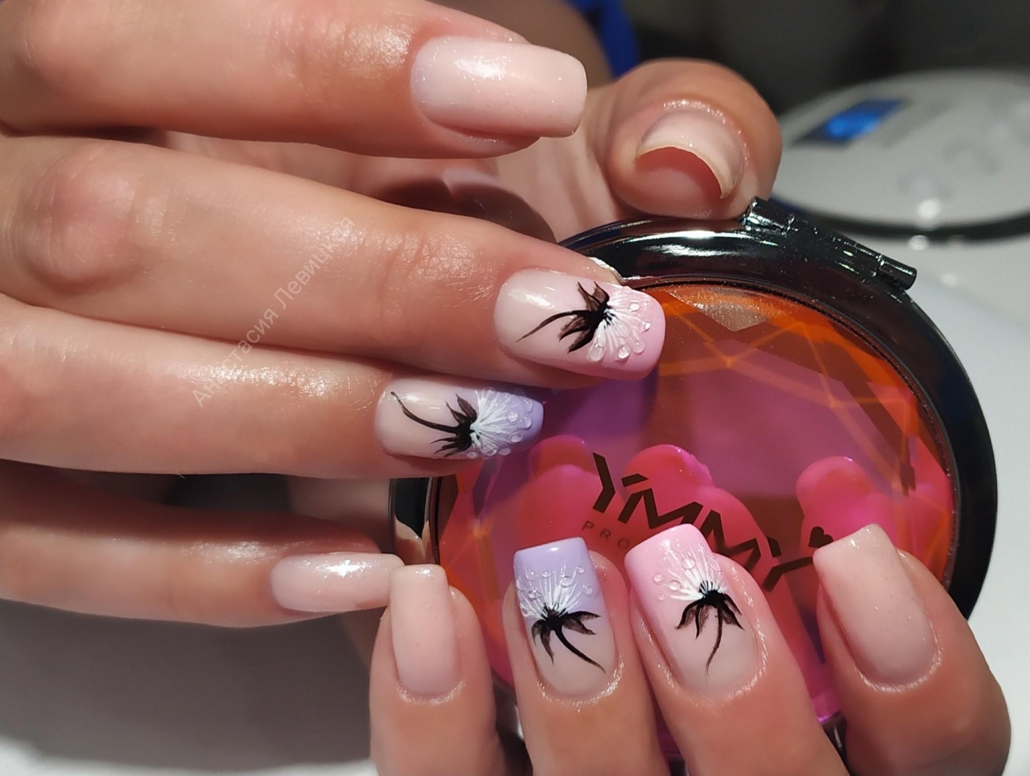 Маникюр с одуванчиком в бежевом цвете на длинные ногти.
