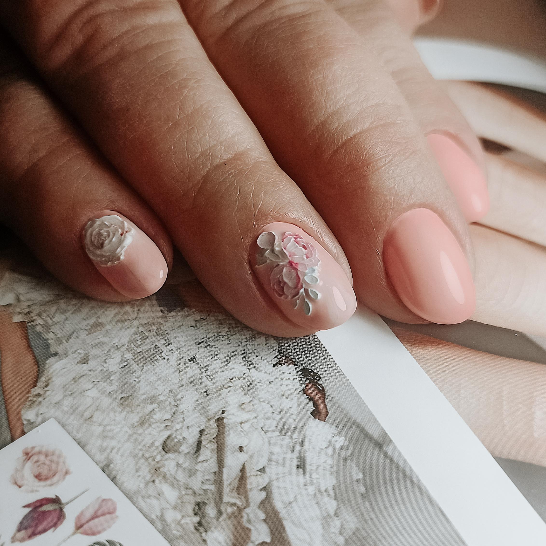 Маникюр с цветочной лепкой в бежевом цвете на короткие ногти.