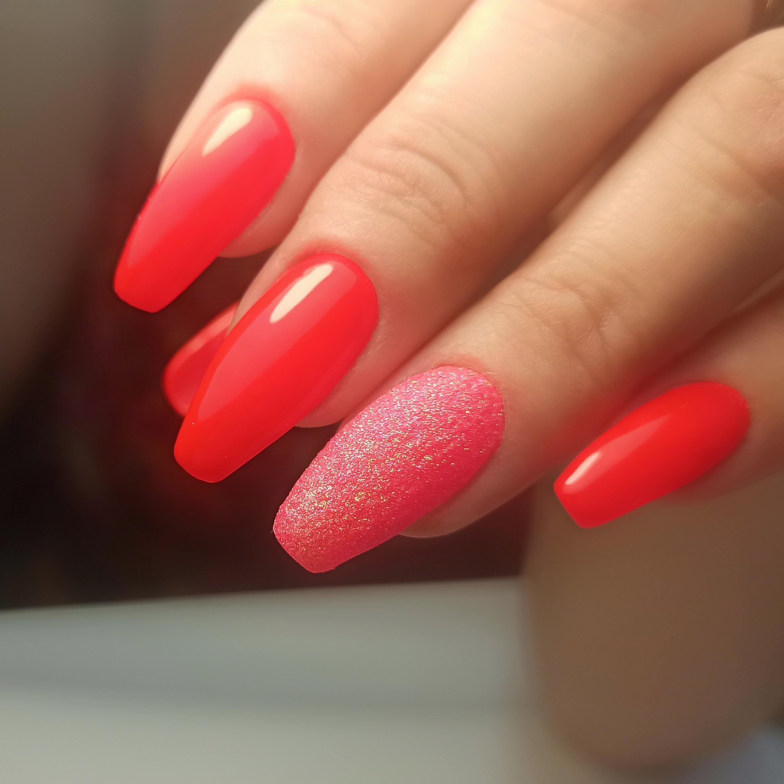 Маникюр с песочным дизайном в красном цвете на длинные ногти.