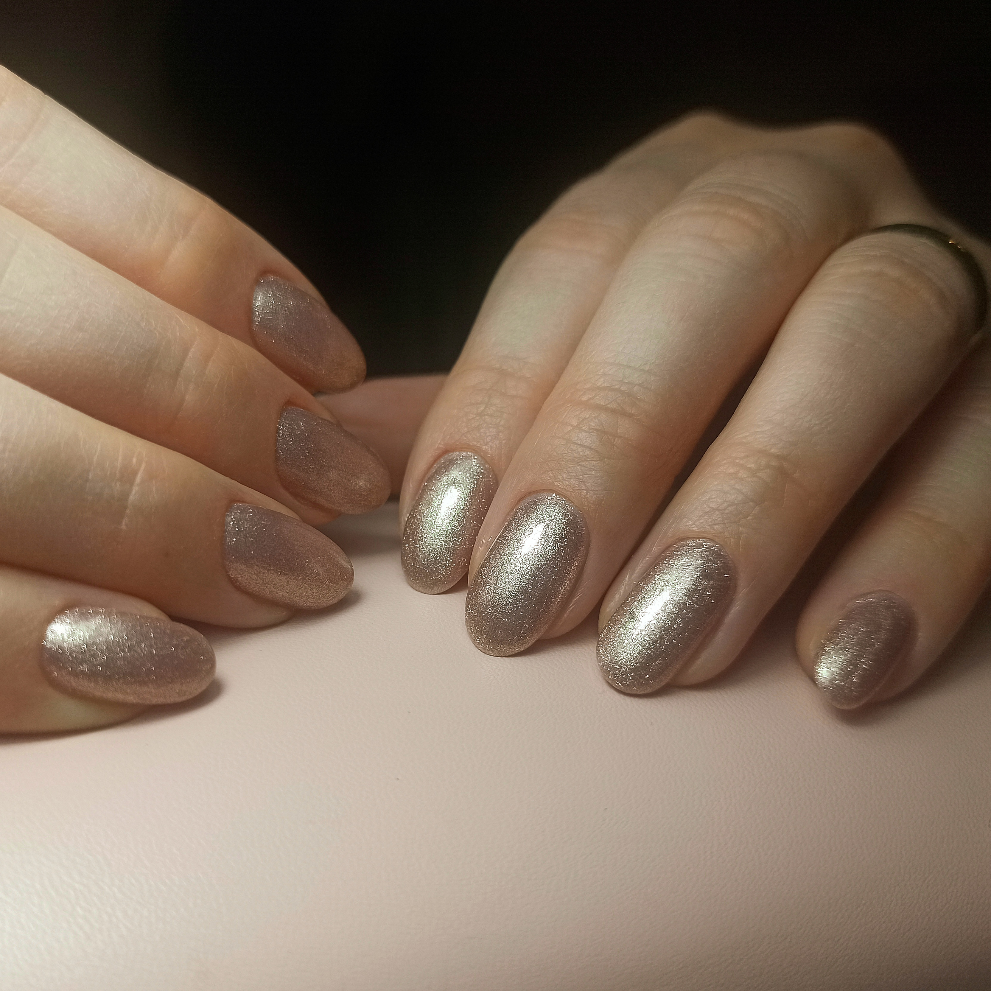 Маникюр с золотыми блестками на короткие ногти.