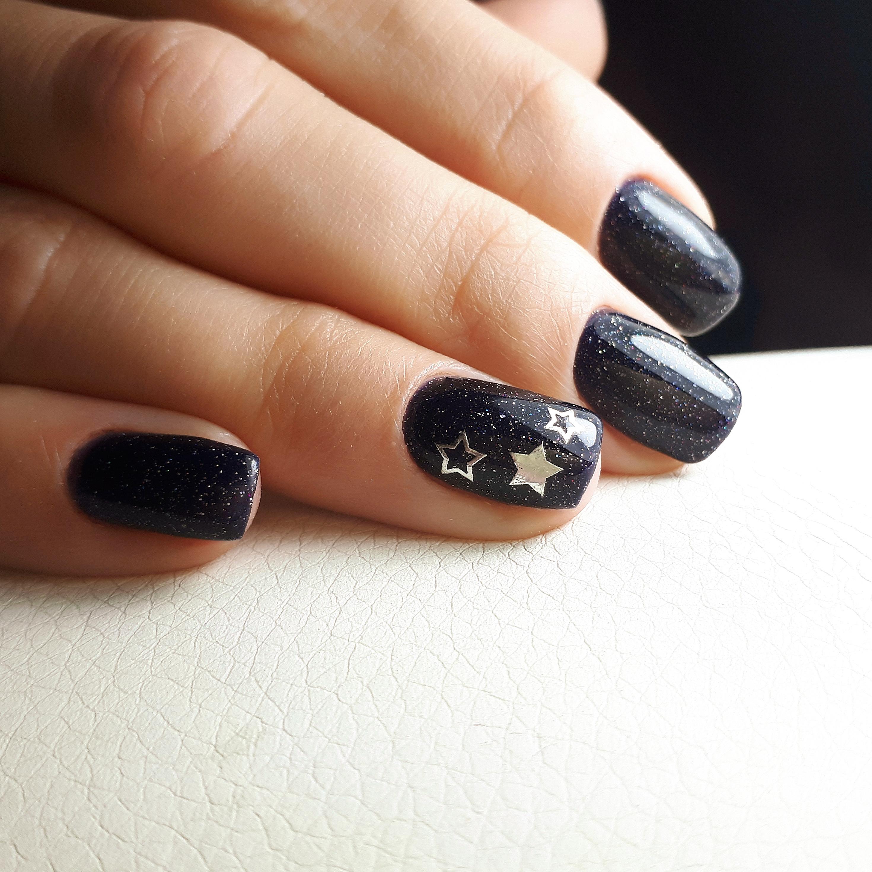Маникюр со звездочками и блестками в черном цвете на короткие ногти.