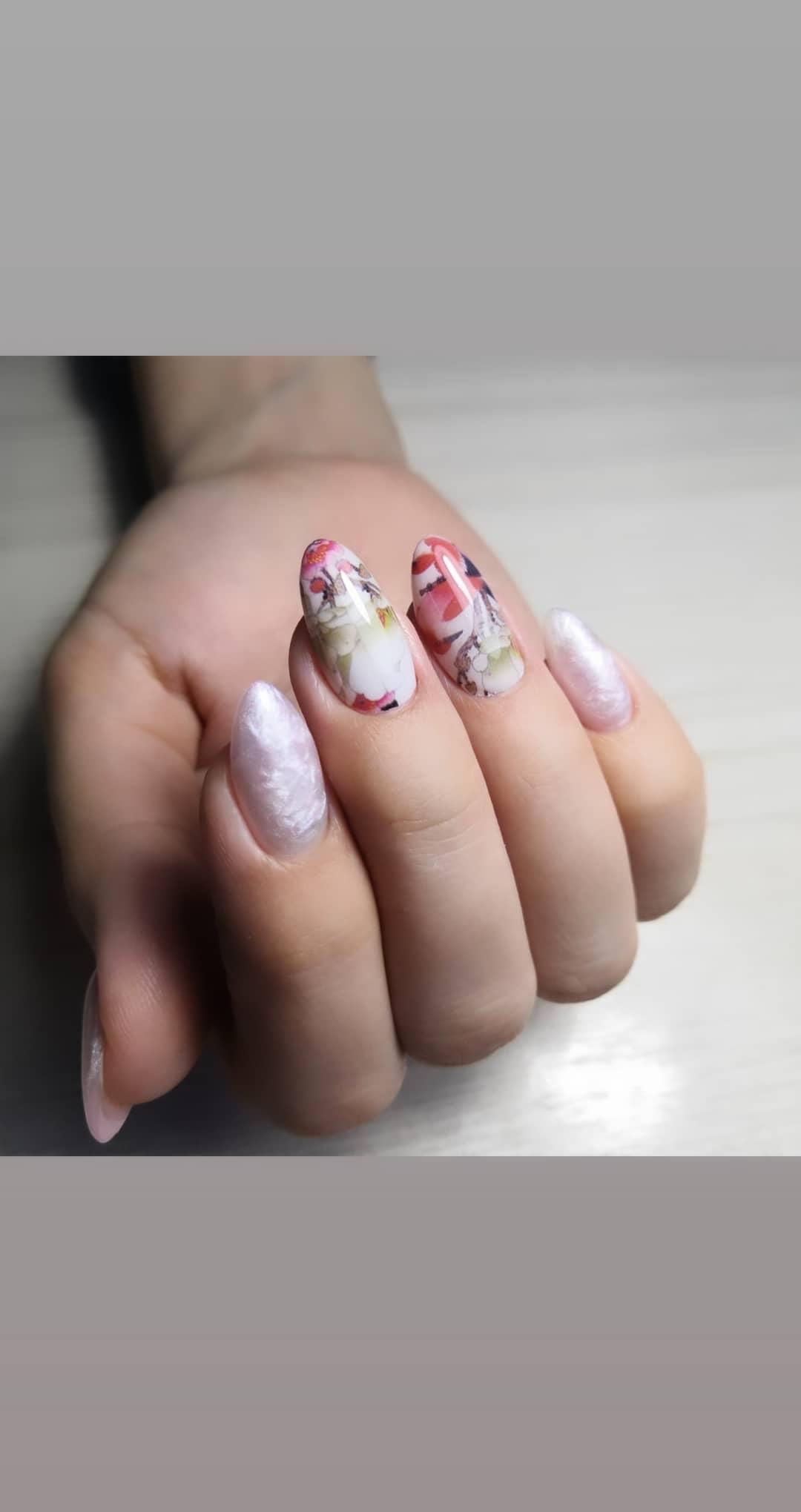 Маникюр с цветочными слайдерами в молочном цвете.