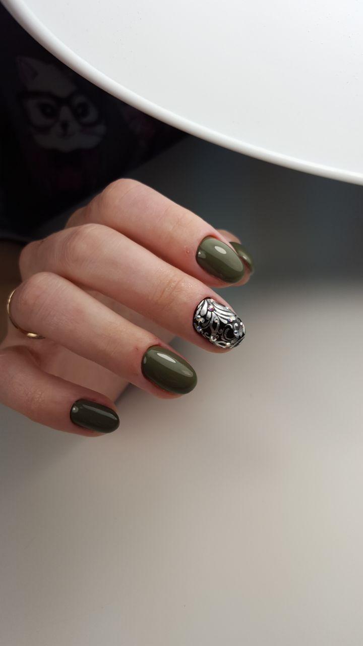 Маникюр с серебряными вензелями в оливковом цвете.