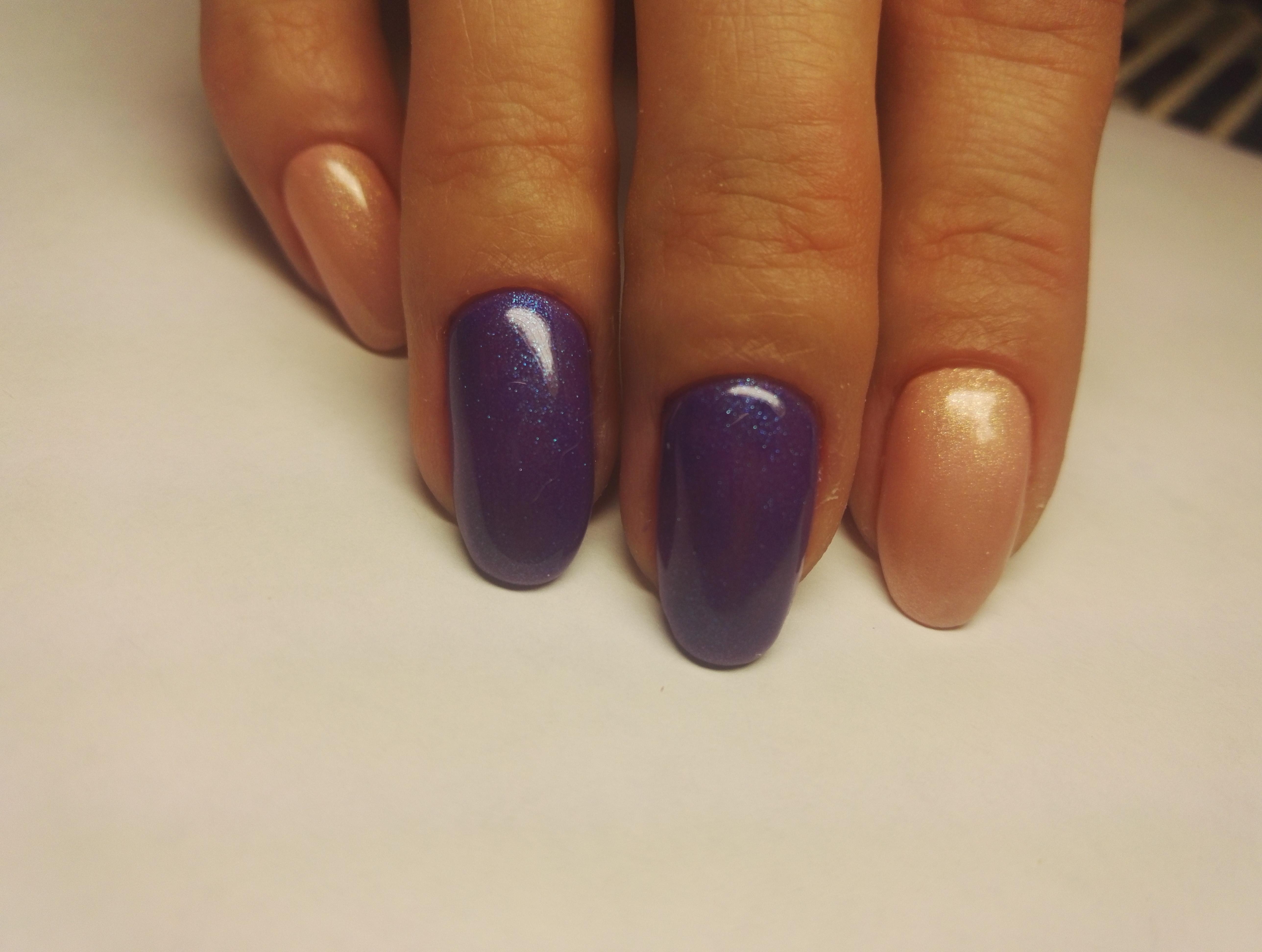 Маникюр в фиолетовом цвете с бежевым дизайном.