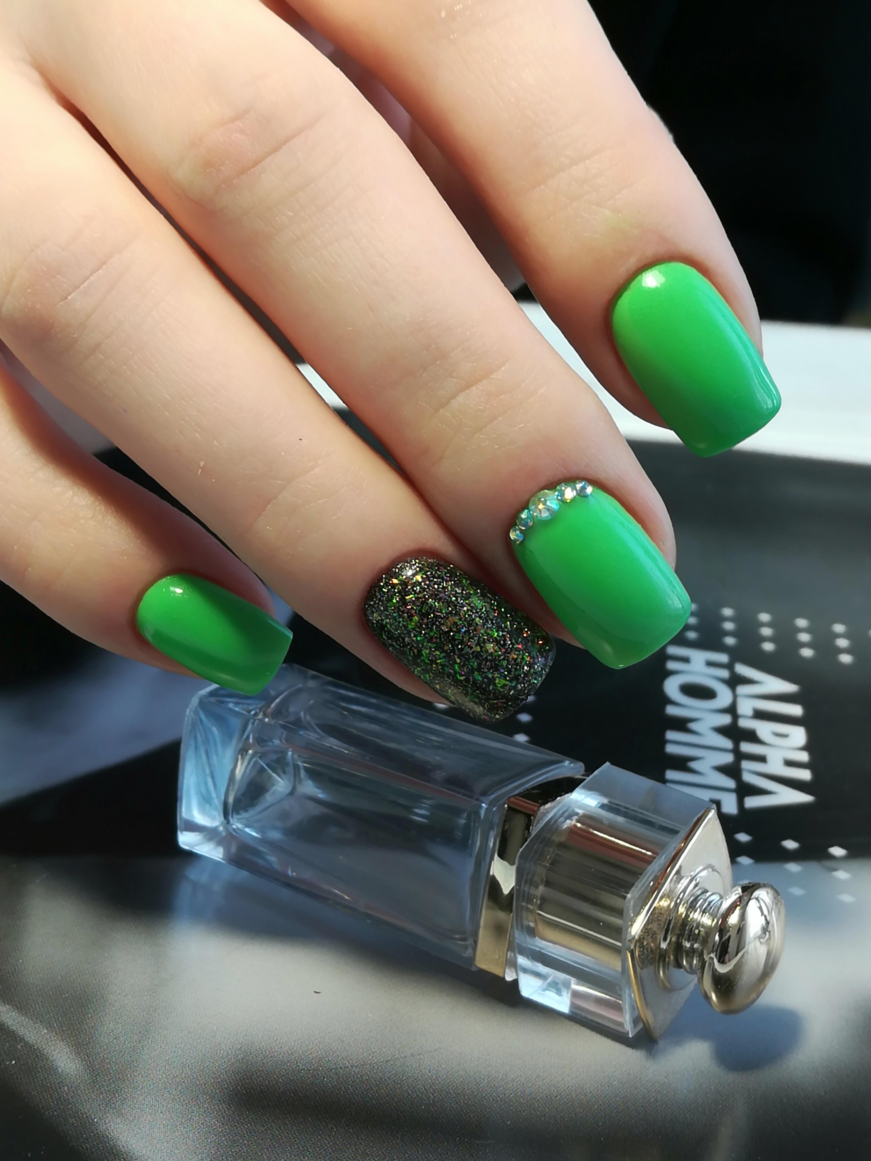 Маникюр с цветными блестками и стразами в зеленом цвете.