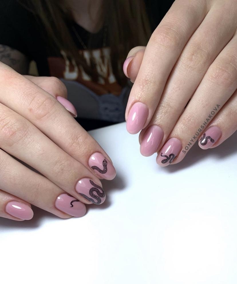 Маникюр со змеей в розовом цвете на короткие ногти.