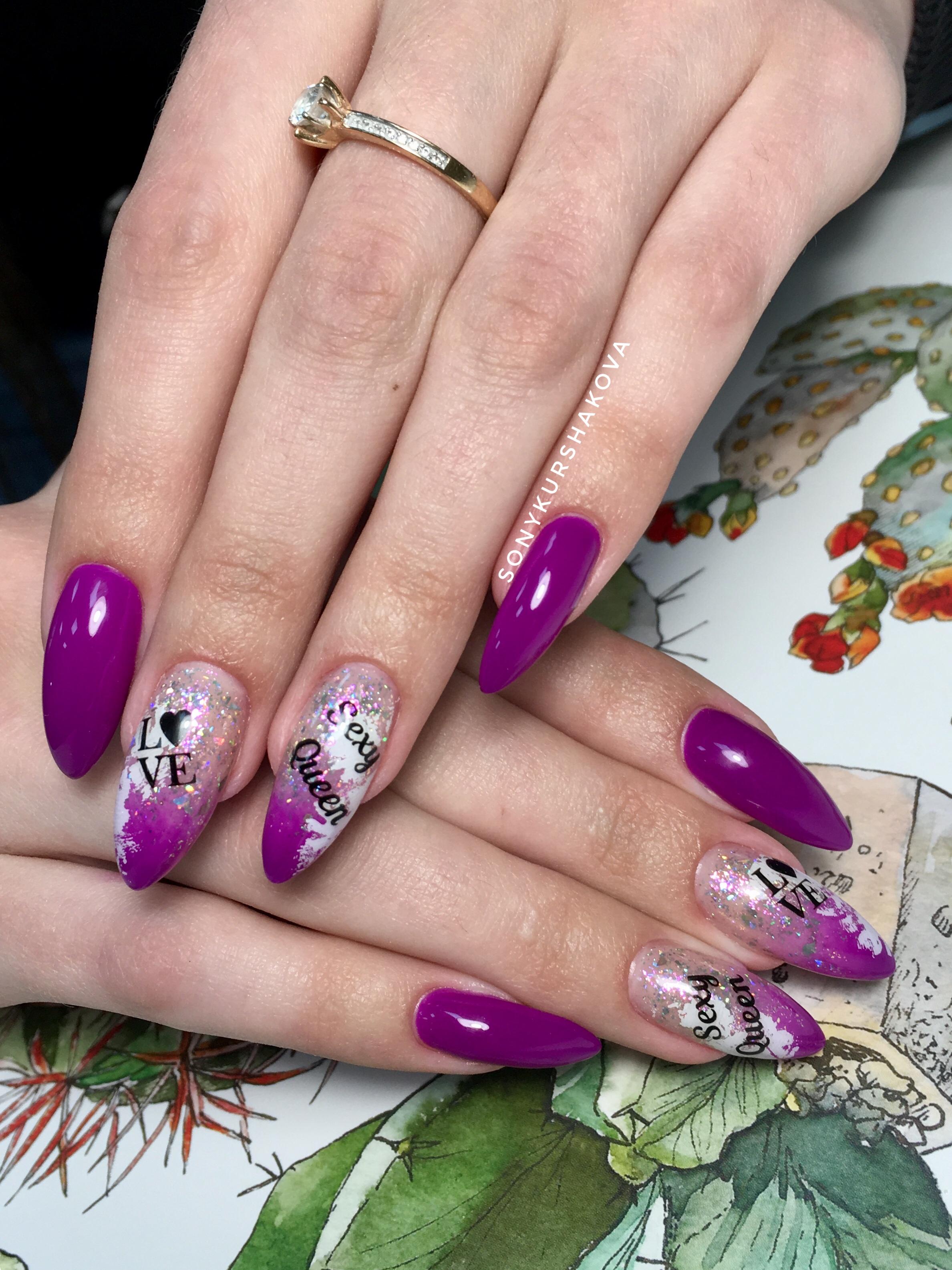 Маникюр с градиентом, блестками и надписями в баклажановом цвете.