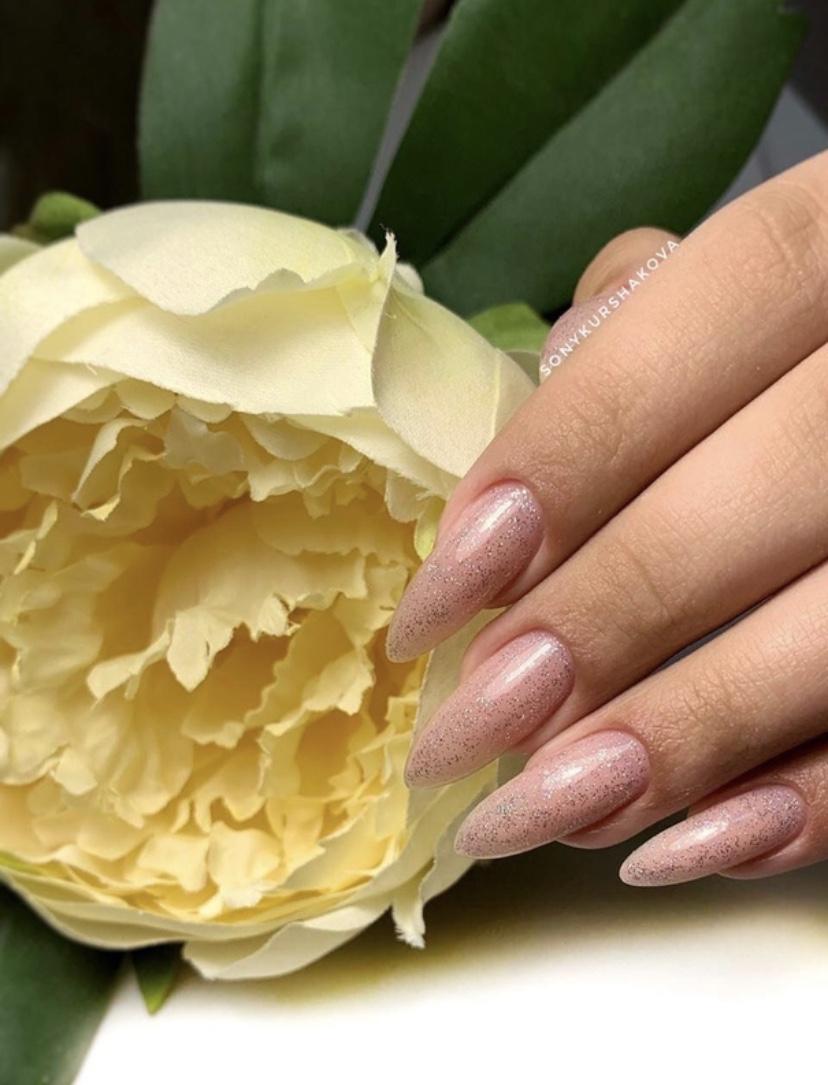 Нюдовый маникюр с блестками на длинные ногти.