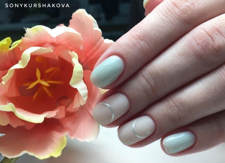 Маникюр с серебряными полосками в фисташковом цвете.