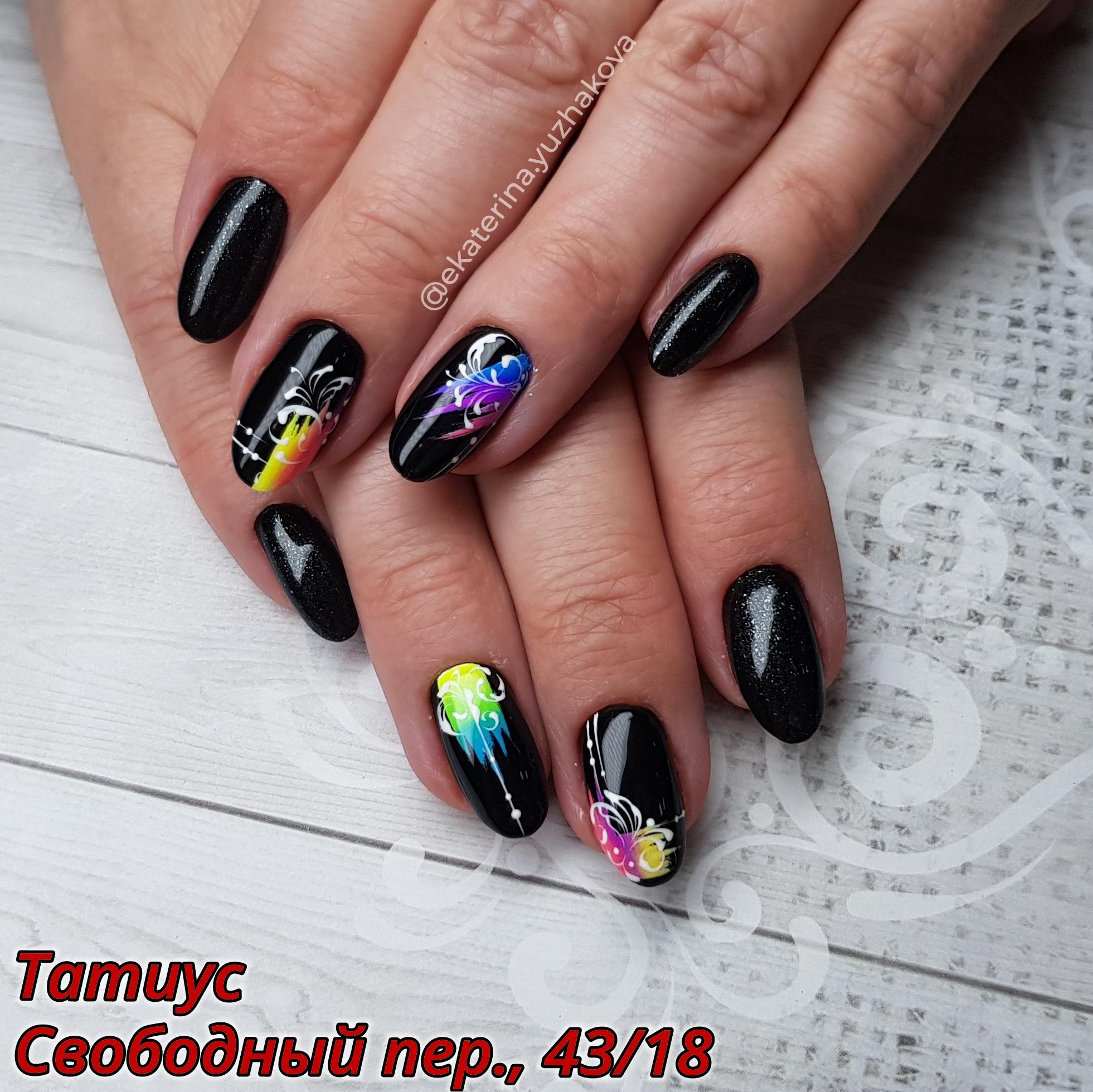 Маникюр с цветными рисунками в черном цвете.