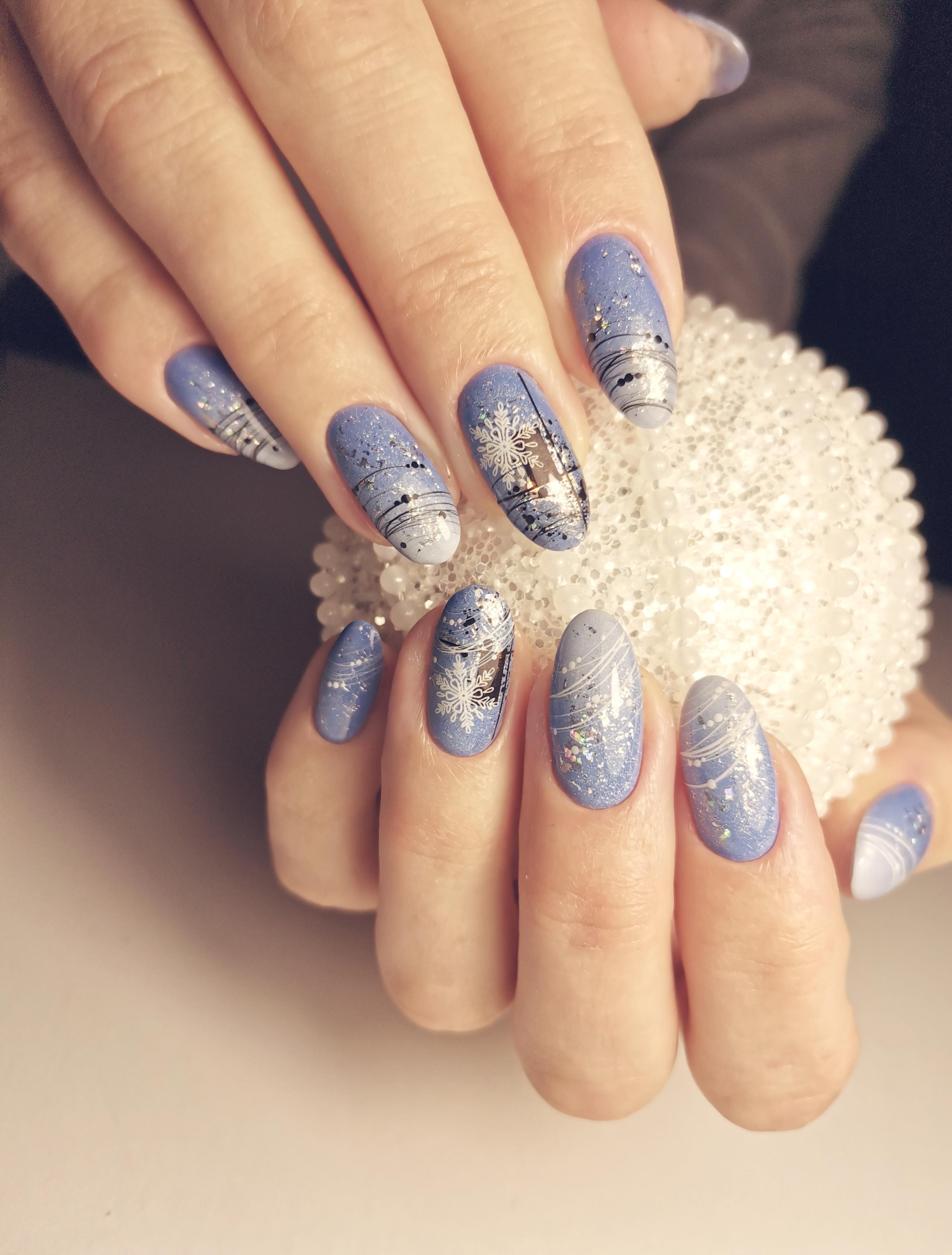 """Маникюр в голубом цвете с белым градиентом, слайдерами """"снежинки"""", """"паутинкой"""" и серебряной фольгой."""