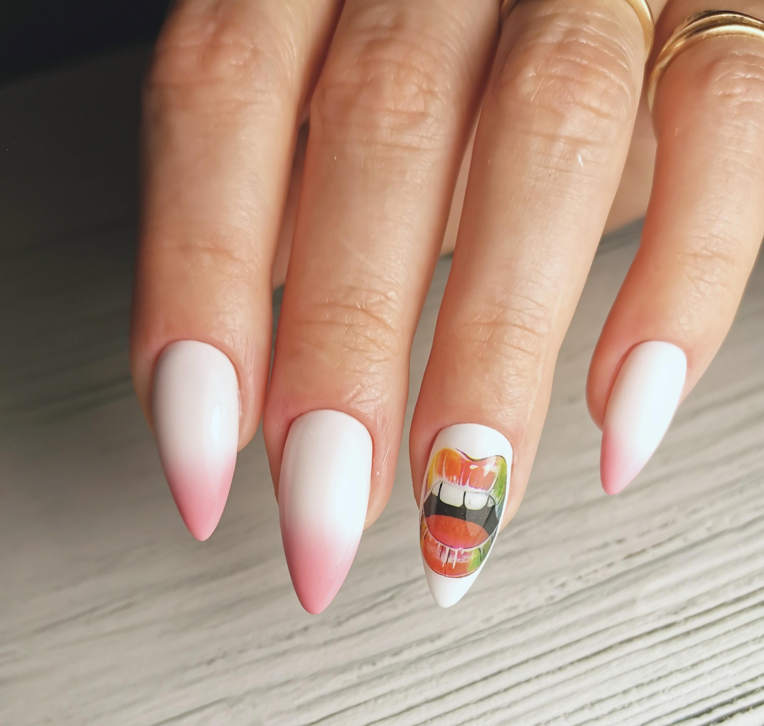 """Маникюр в белом цвете с розовым градиентом и слайдером """"губы""""."""