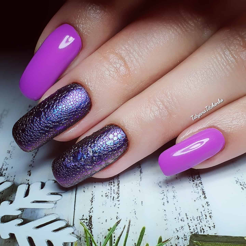 Маникюр с bubble-эффектом в фиолетовом цвете.