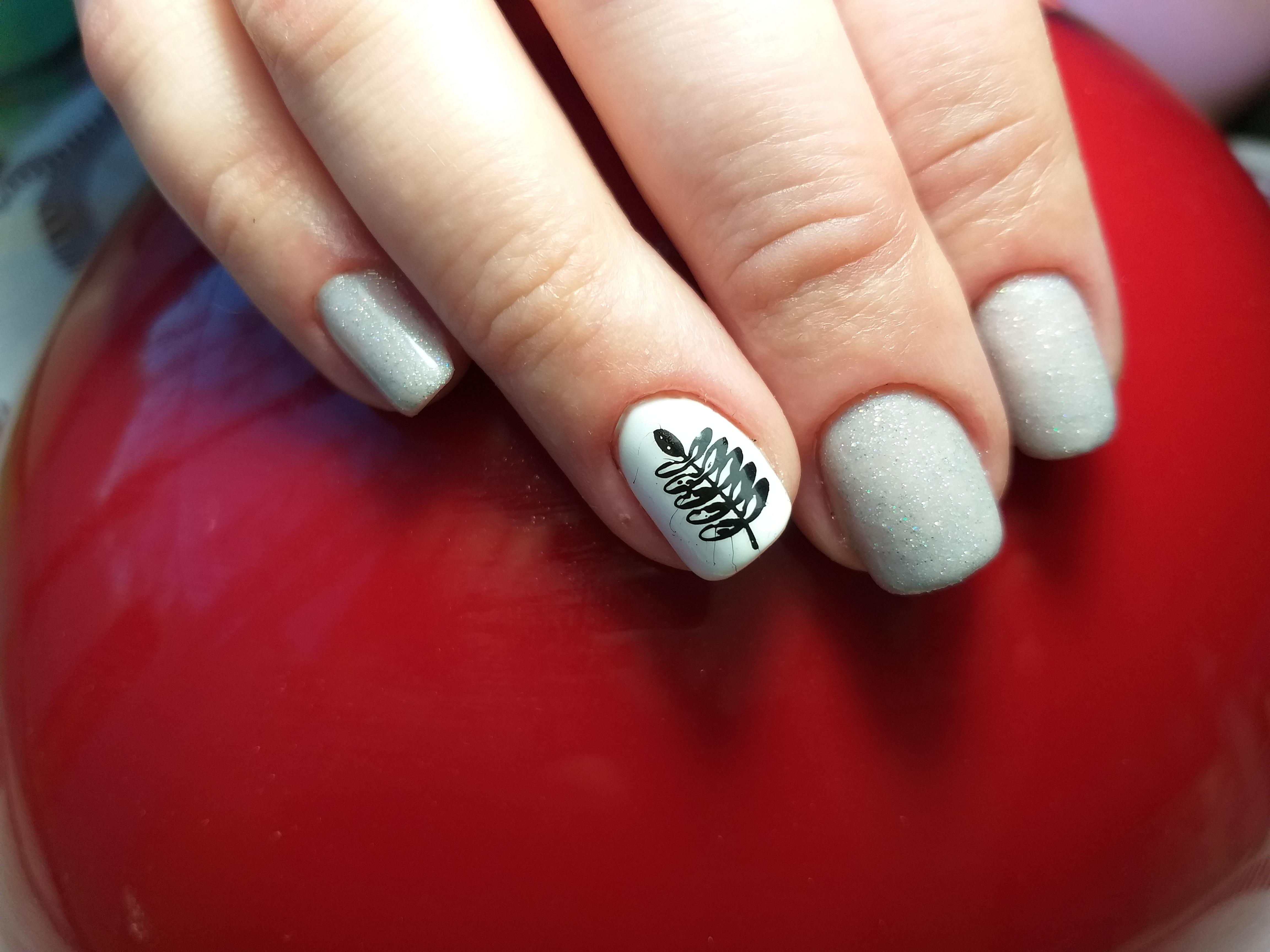Маникюр с блестками и растительным слайдером в сером цвете на короткие ногти.