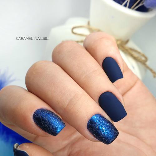 Матовый маникюр с bubble-эффектом в синем цвете.