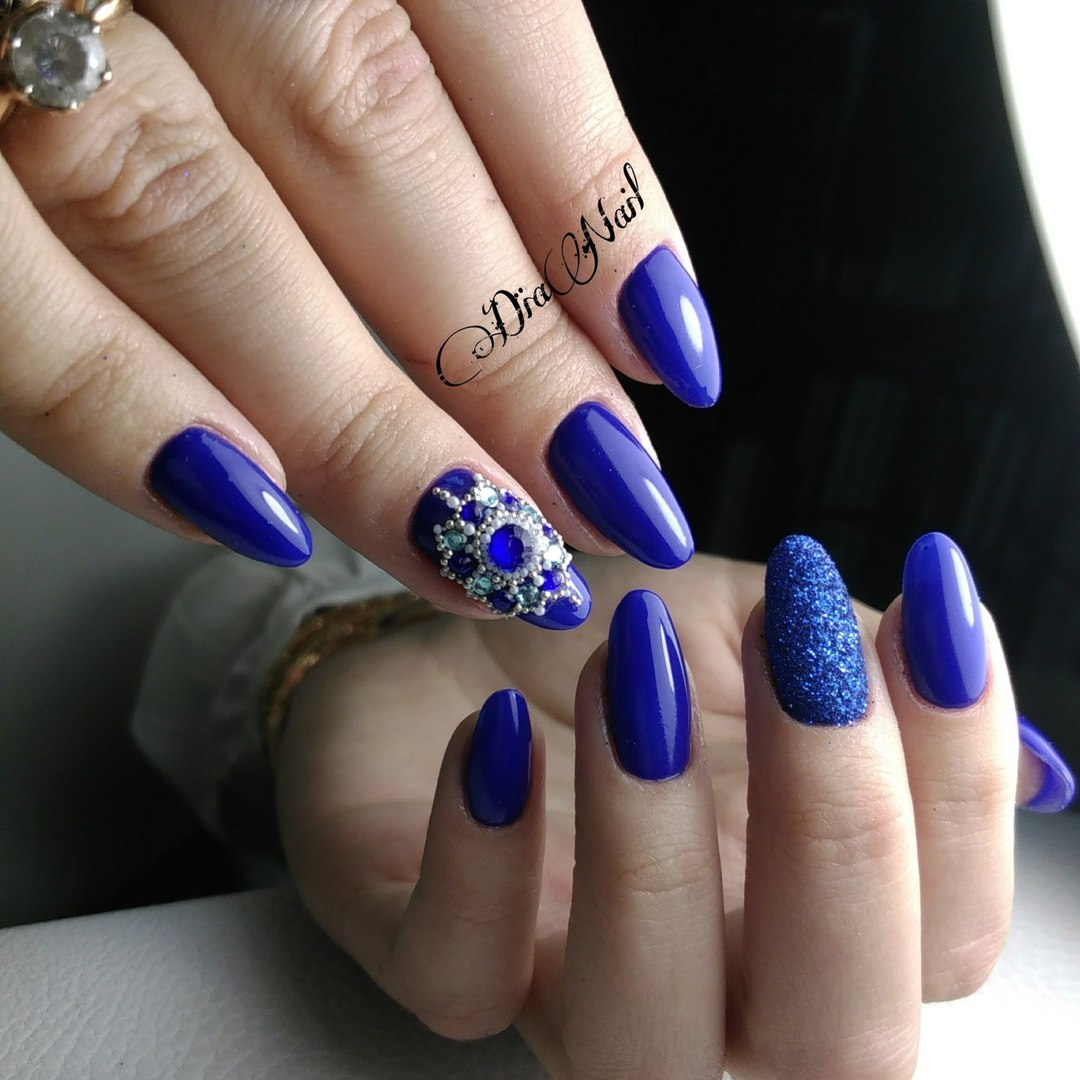 Маникюр со стразами и песочным дизайном в синем цвете.