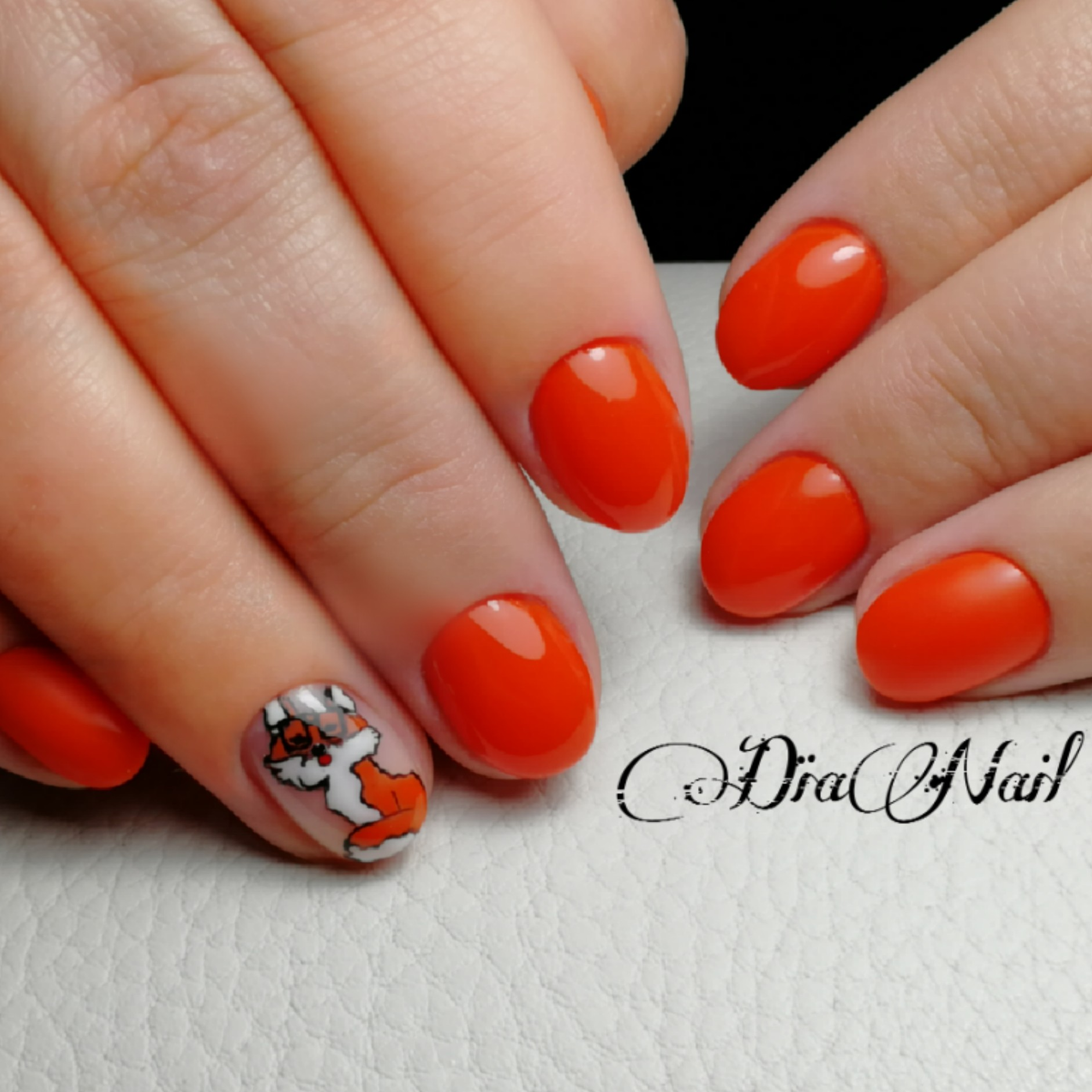 """Маникюр со слайдером """"лисичка"""" в оранжевом цвете."""