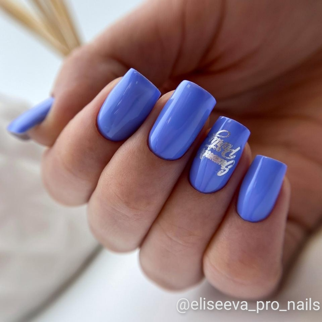 Маникюр с надписями в фиолетовом цвете на длинные ногти.