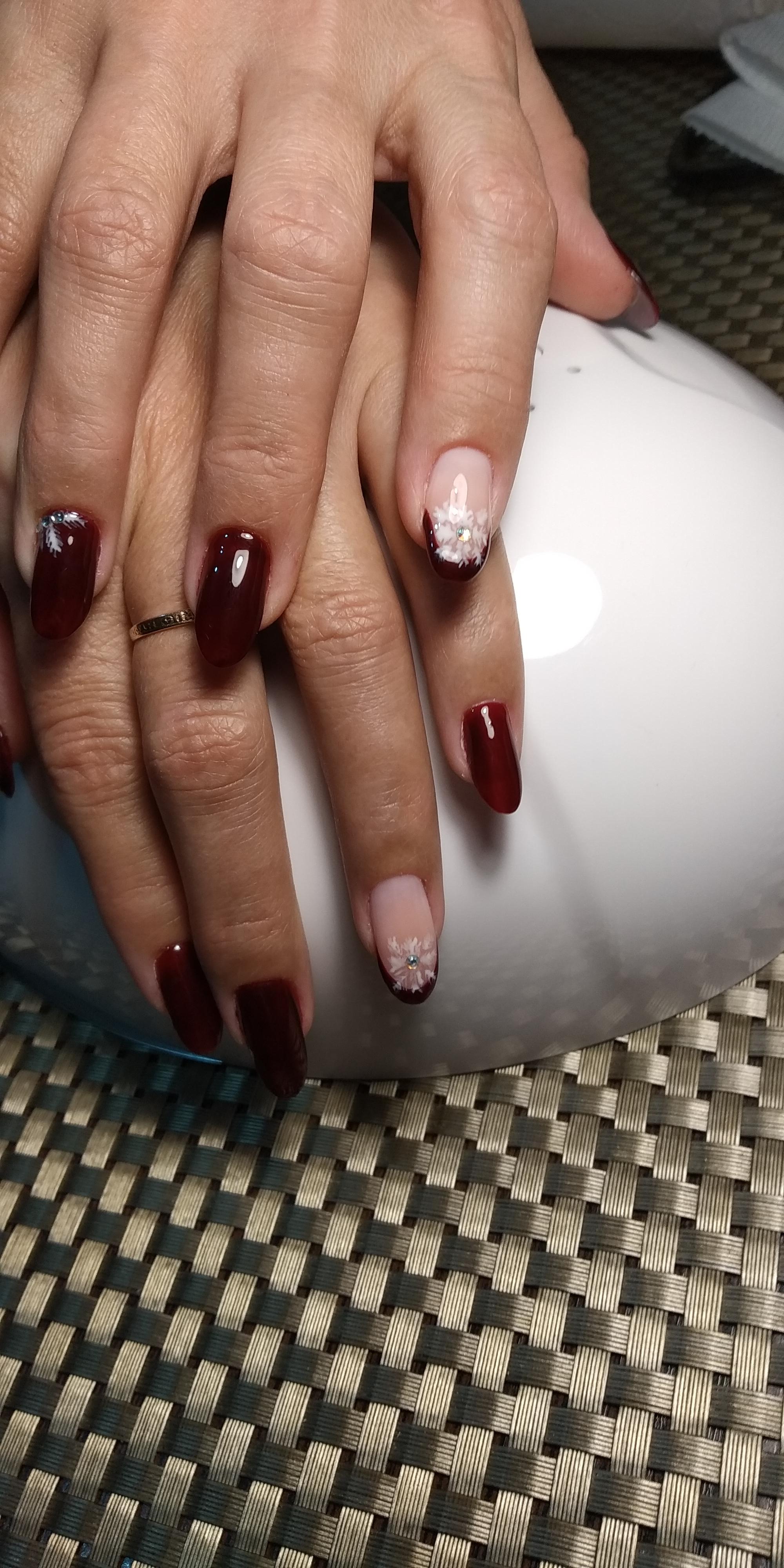"""Маникюр в тёмно-красном цвете с нюдовым дизайном французский маникюр, рисунком """"снежинка"""" и стразами."""