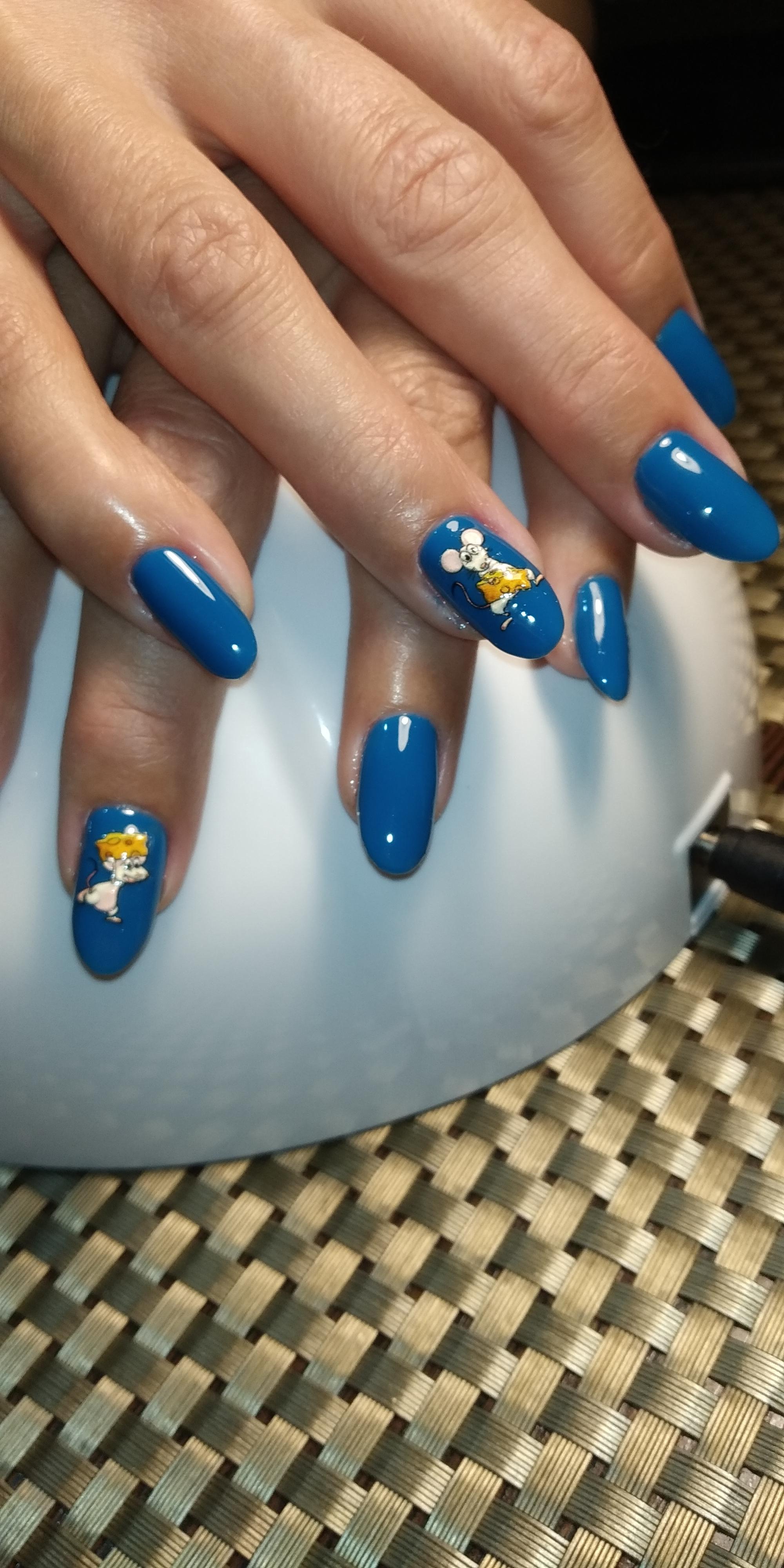 """Однотонный маникюр в синем цвете с мультяшными слайдерами """"мышки""""."""