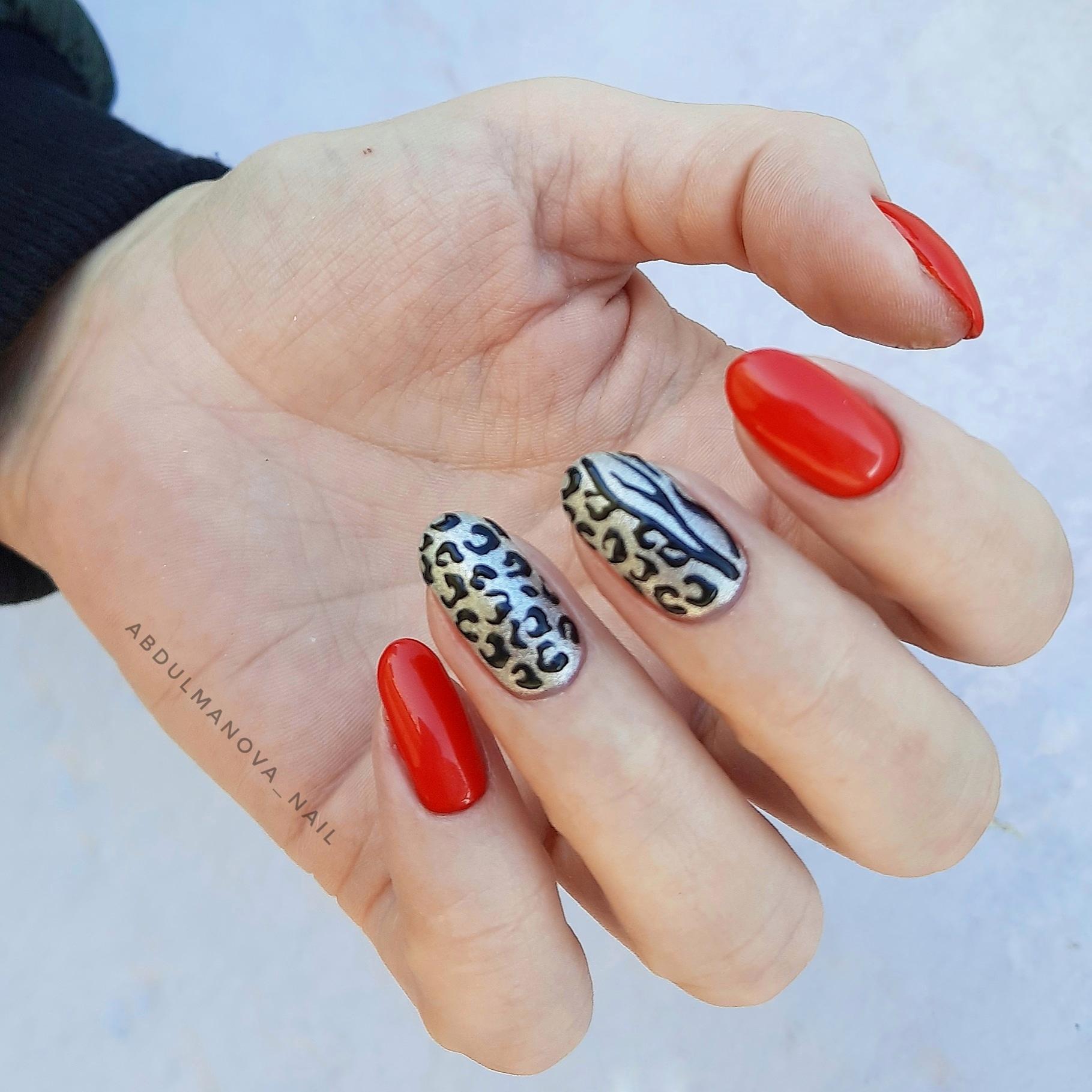 Маникюр с леопардовым принтом в красном цвете на короткие ногти.