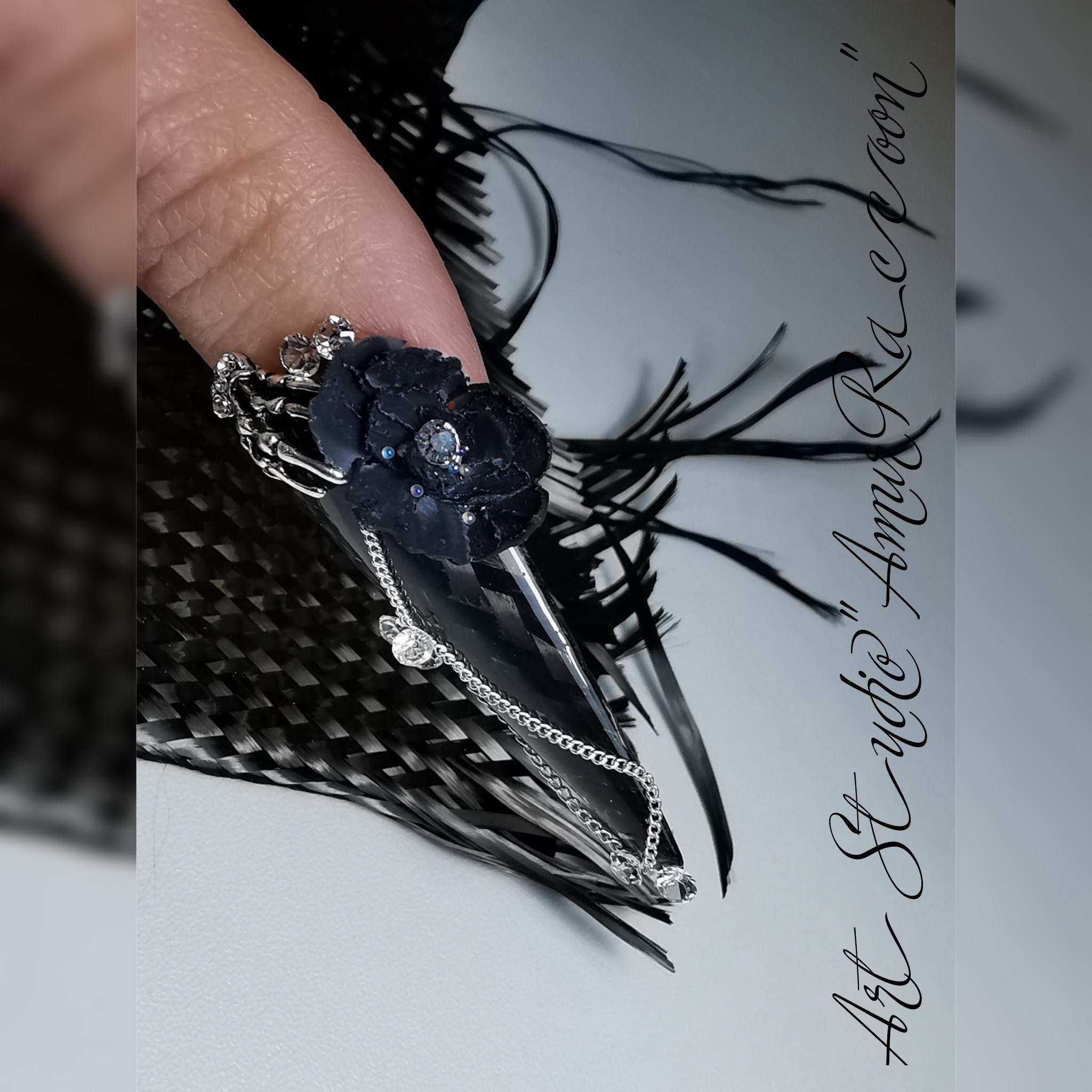 Оригинальный маникюр в чёрном цвете  с искусственными цветами, стразами и цепочками.
