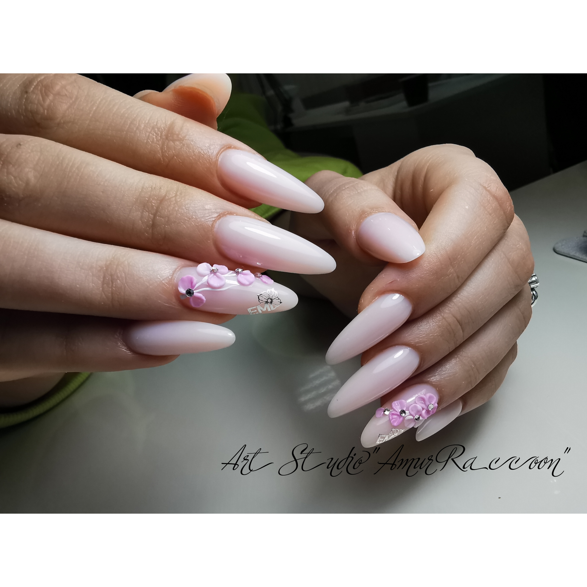 Маникюр с цветочной лепкой в розовом цвете.