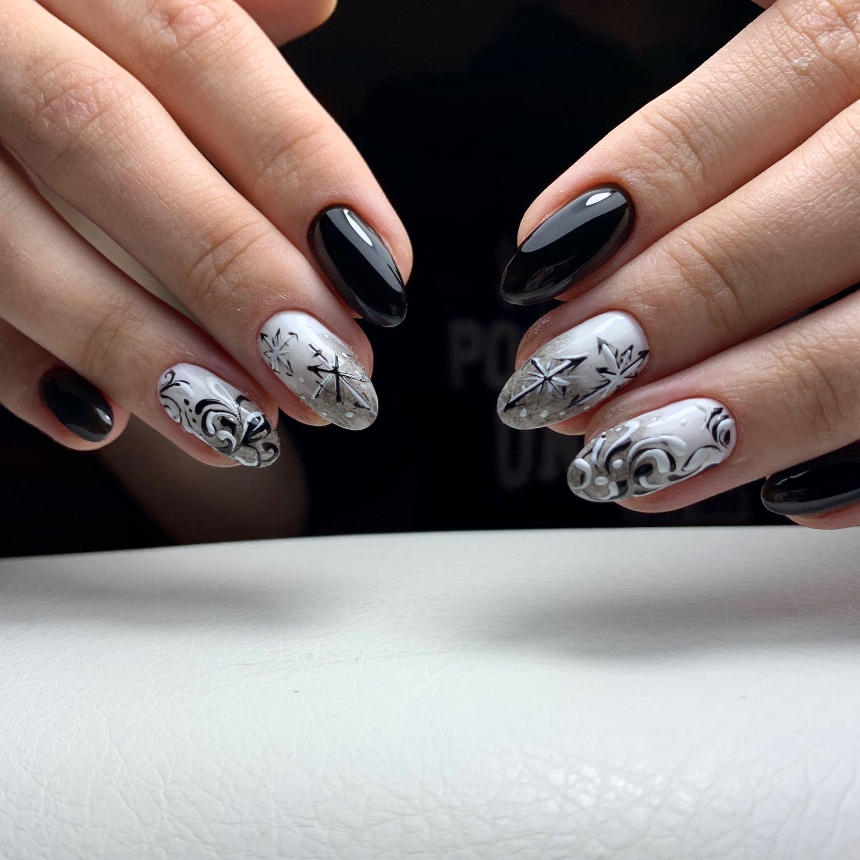 Маникюр с вензелями и абстрактным рисунком в черном цвете.