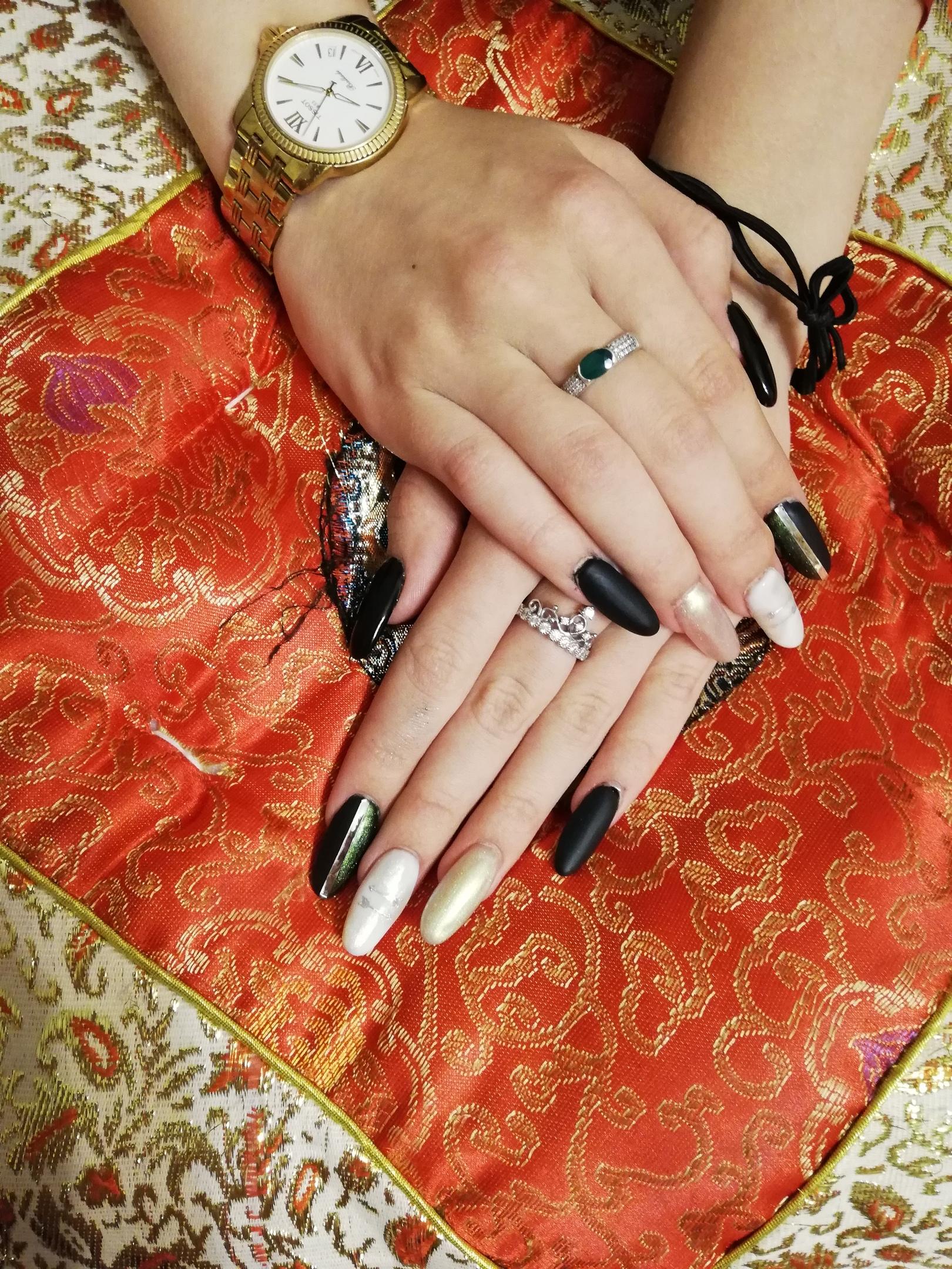 Матовый маникюр с золотыми блестками и полосками в черном цвете на длинные ногти.