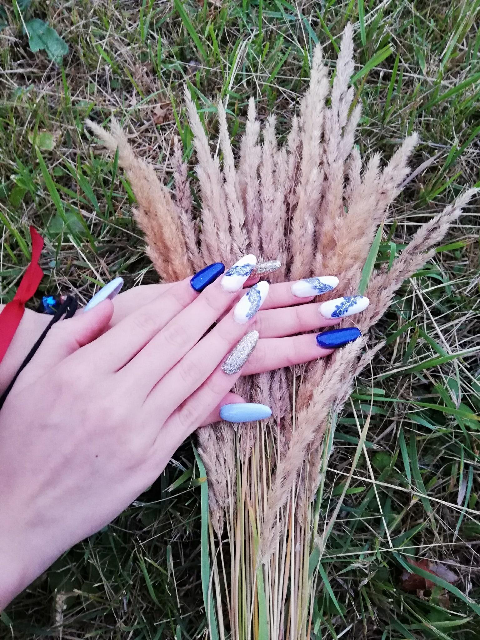 Маникюр с морским дизайном и серебряными блестками на длинные ногти.