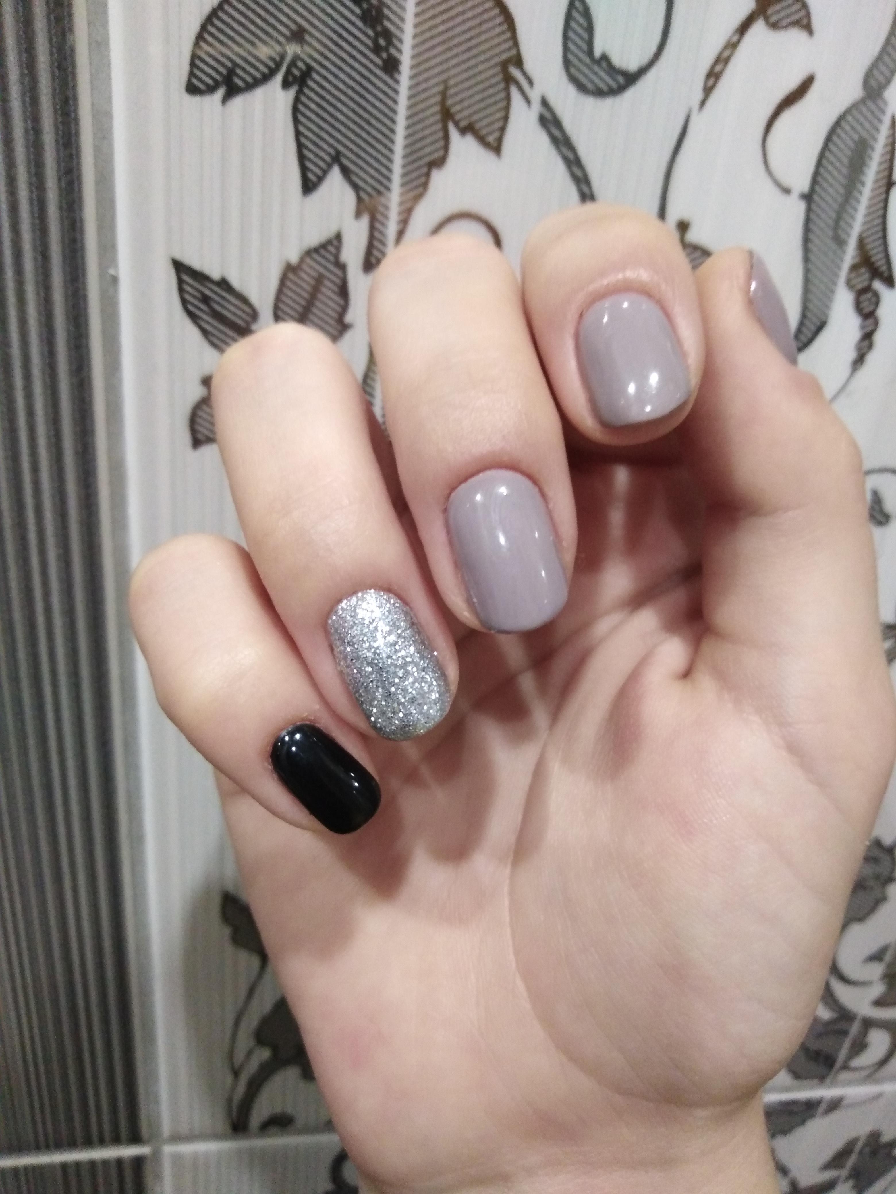 Маникюр с серебряными блестками в сером цвете на короткие ногти.