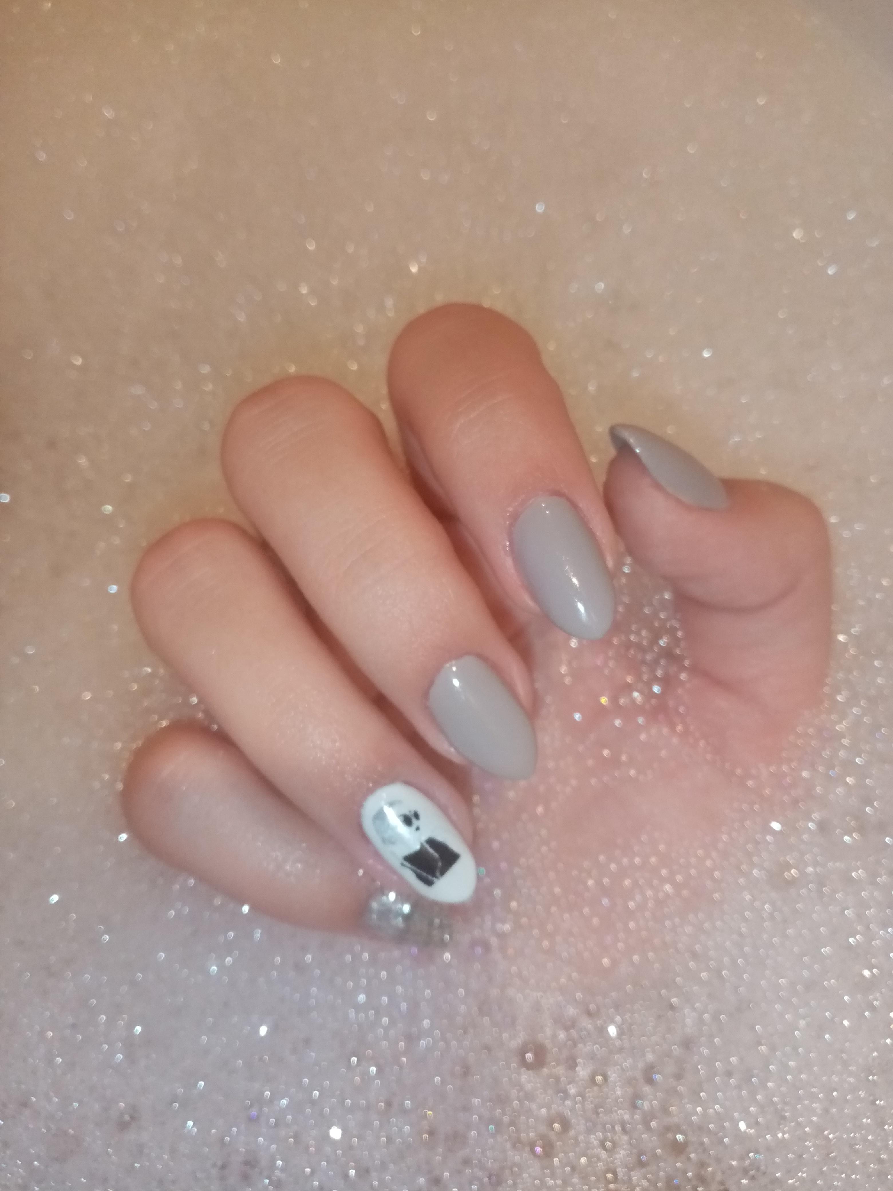 Маникюр со слайдерами в сером цвете на короткие ногти.