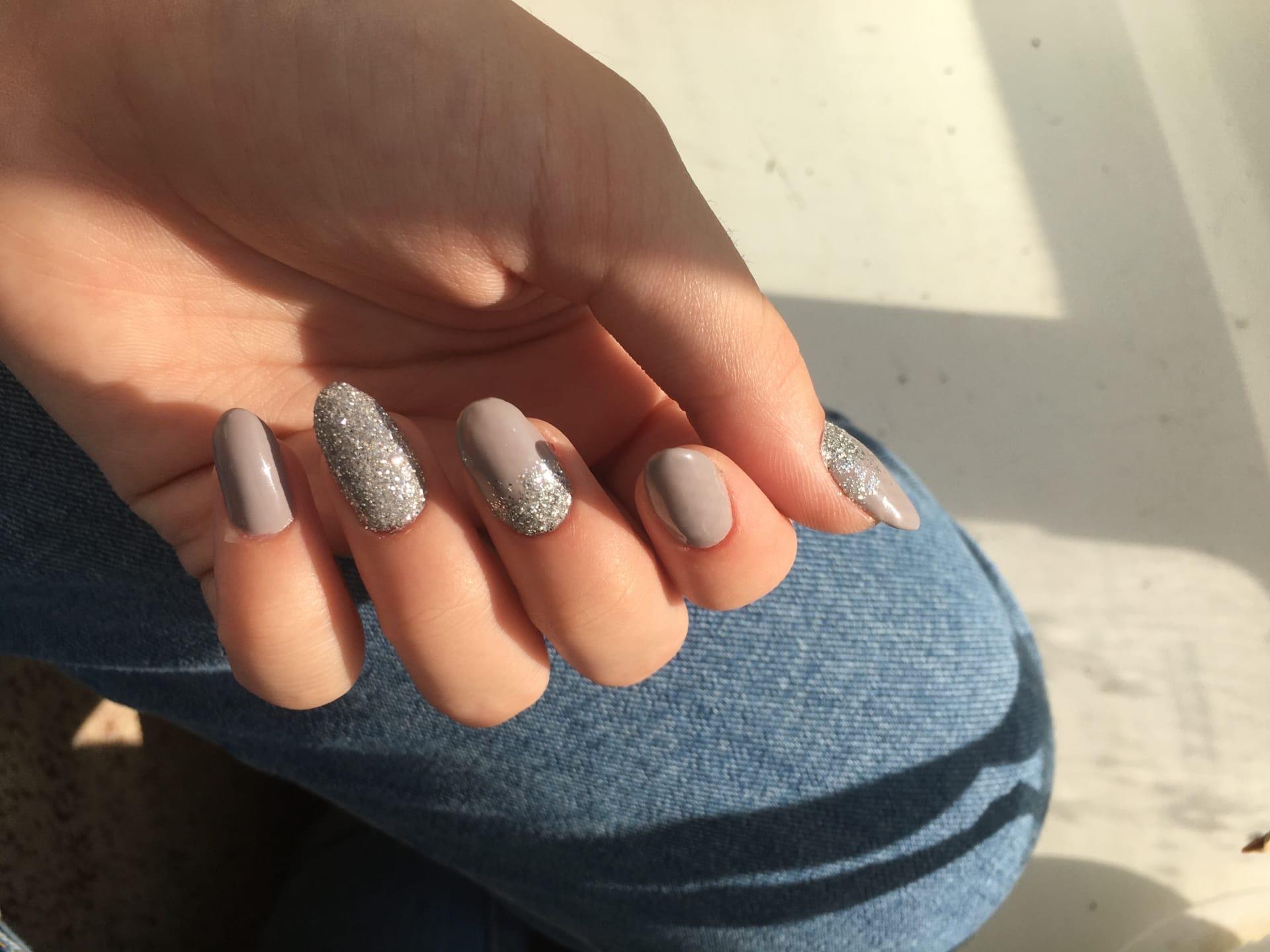 Маникюр с серебряными блестками в пастельных тонах на длинные ногти.