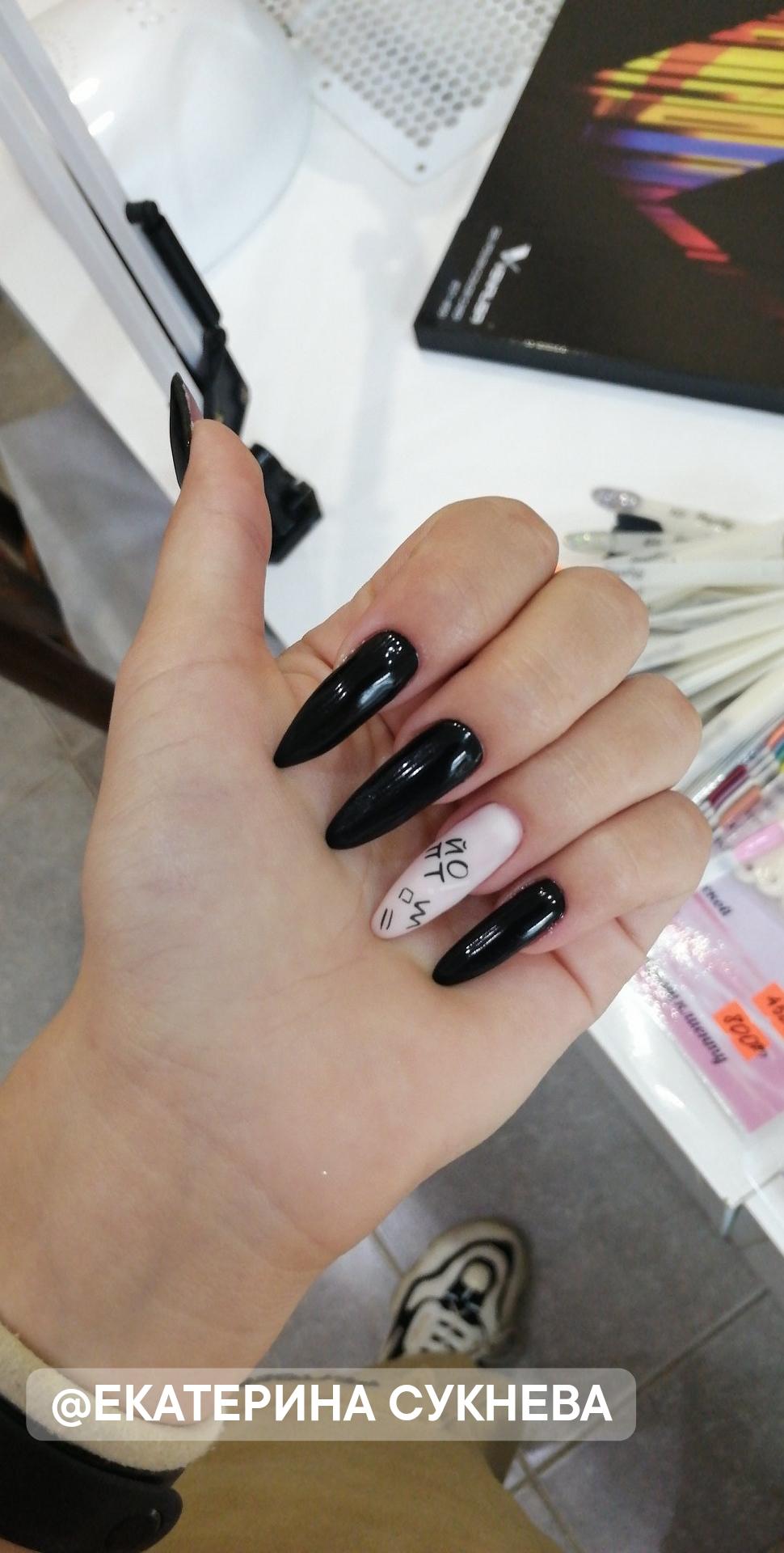 Маникюр с надписями в черном цвете на длинные ногти.