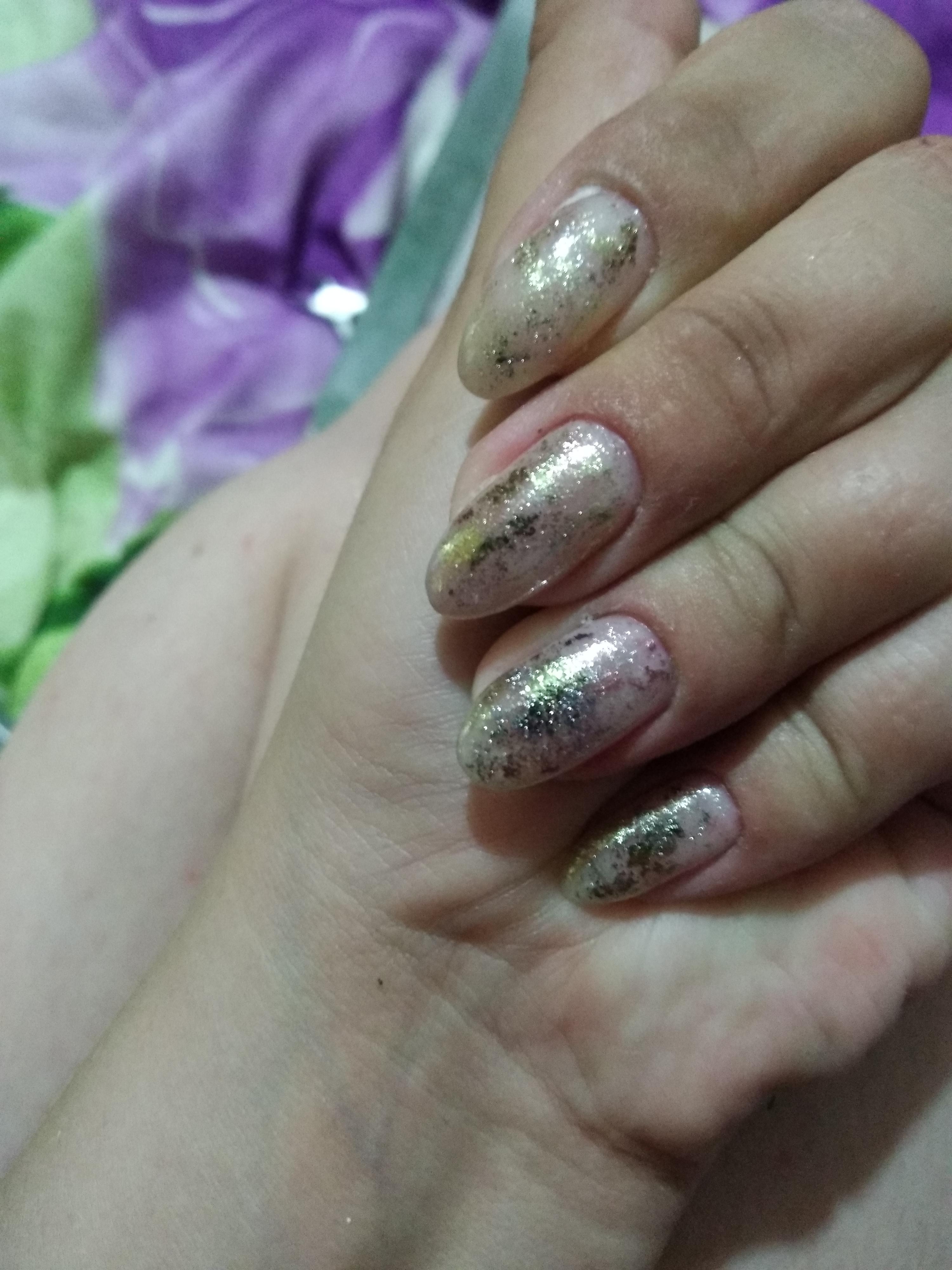 Нюдовый маникюр с золотой фольгой на длинные ногти.