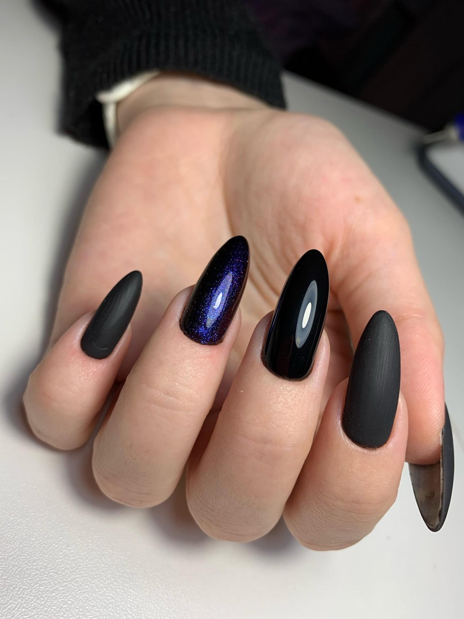 Маникюр с матовым дизайном и блестками в черном цвете на длинные ногти.