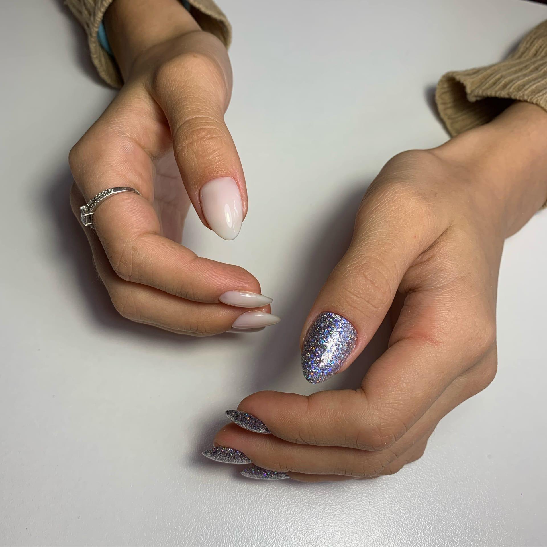 Контрастный маникюр с серебряными блестками на короткие ногти.
