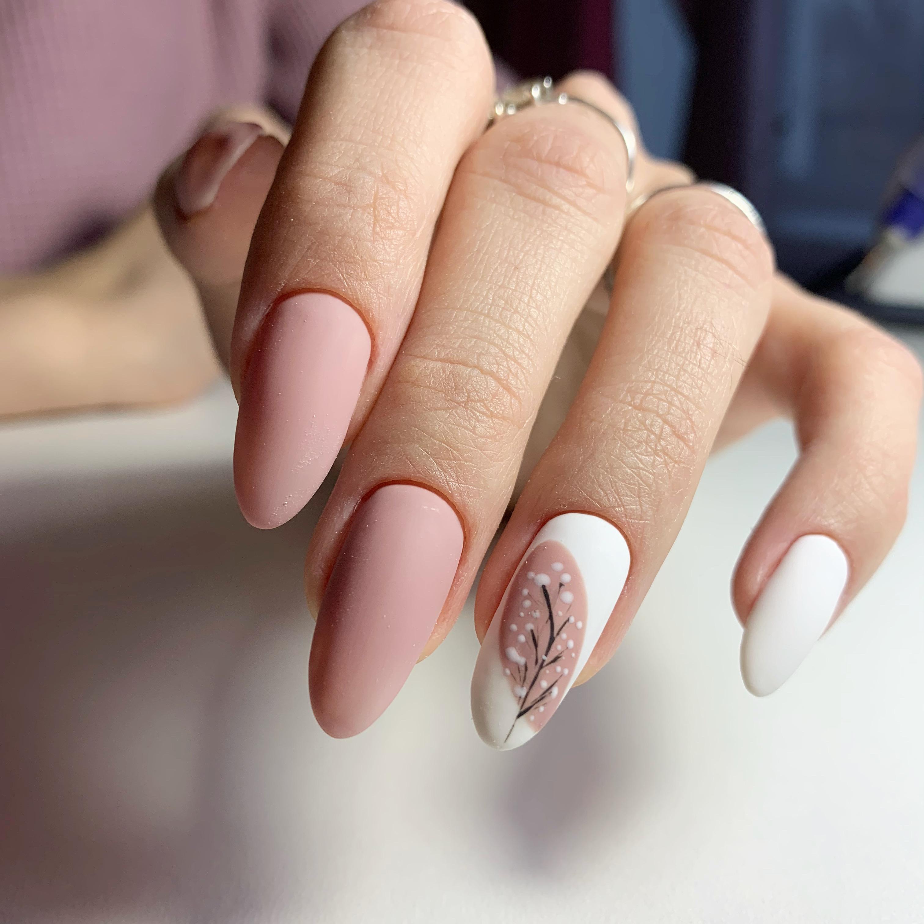 Матовый маникюр с растительным рисунком в пастельных тонах на длинные ногти.