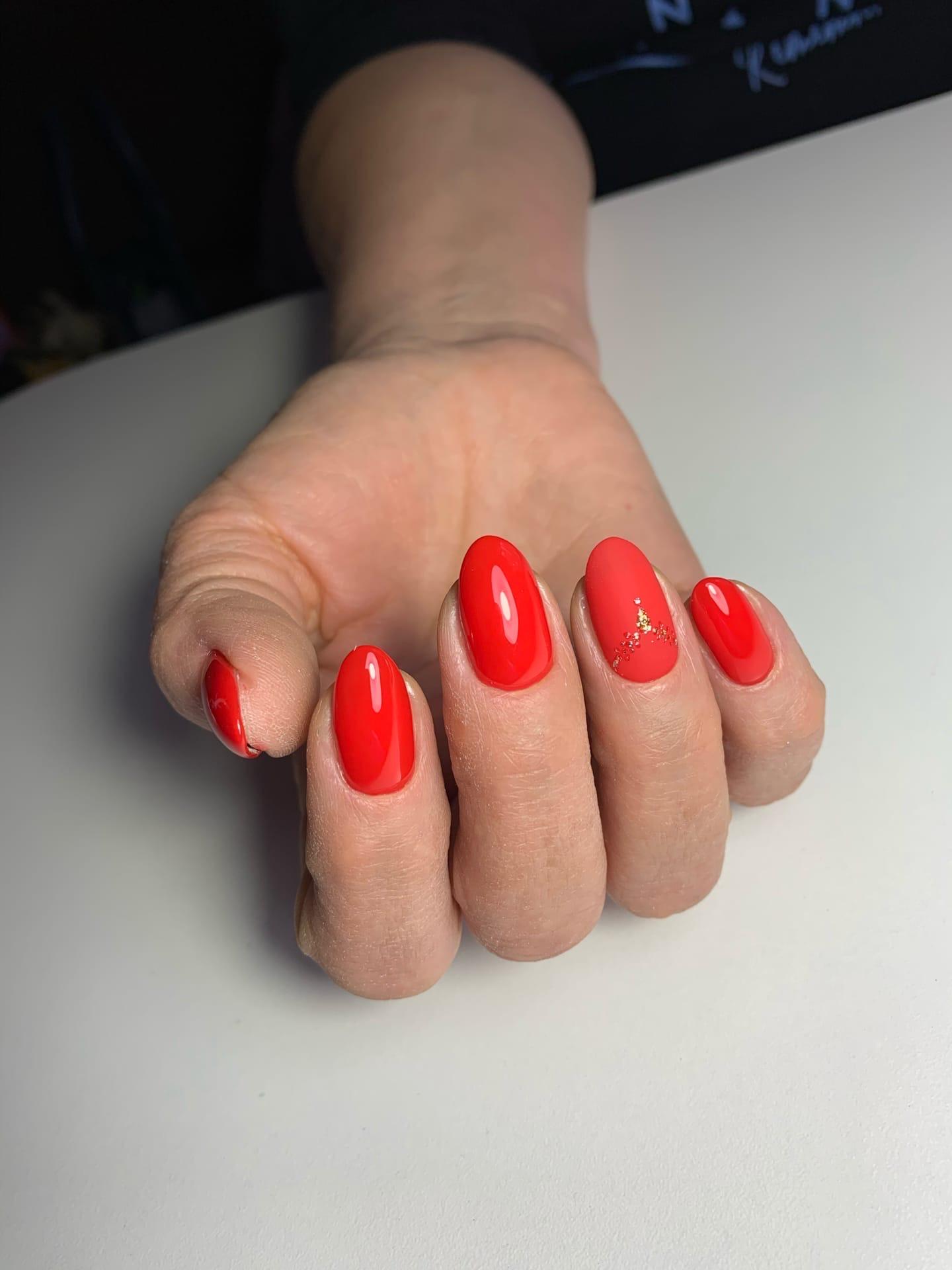 Маникюр с матовым дизайном в красном цвете на короткие ногти.