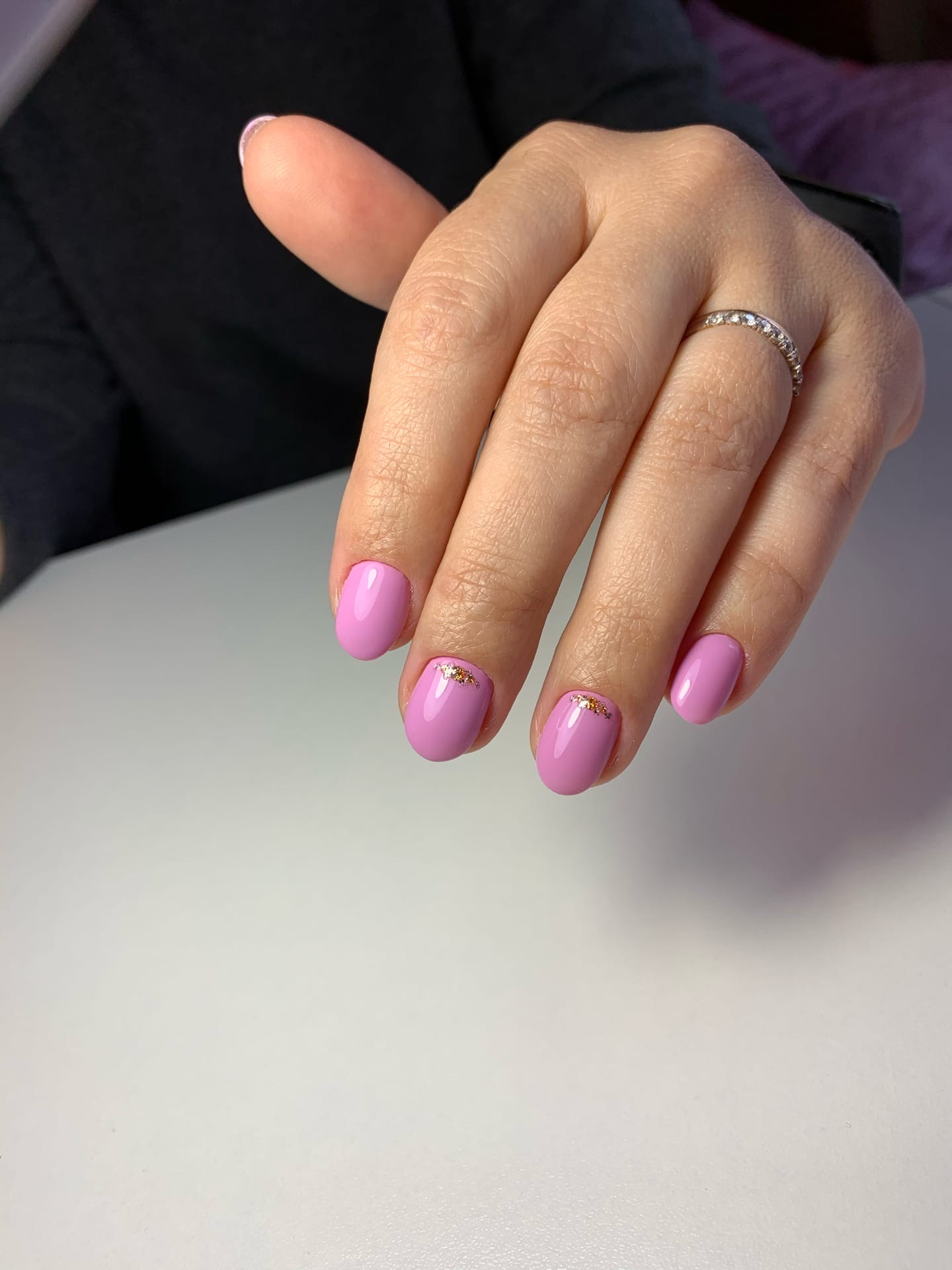 Маникюр с золотыми блестками в розовом цвете на короткие ногти.