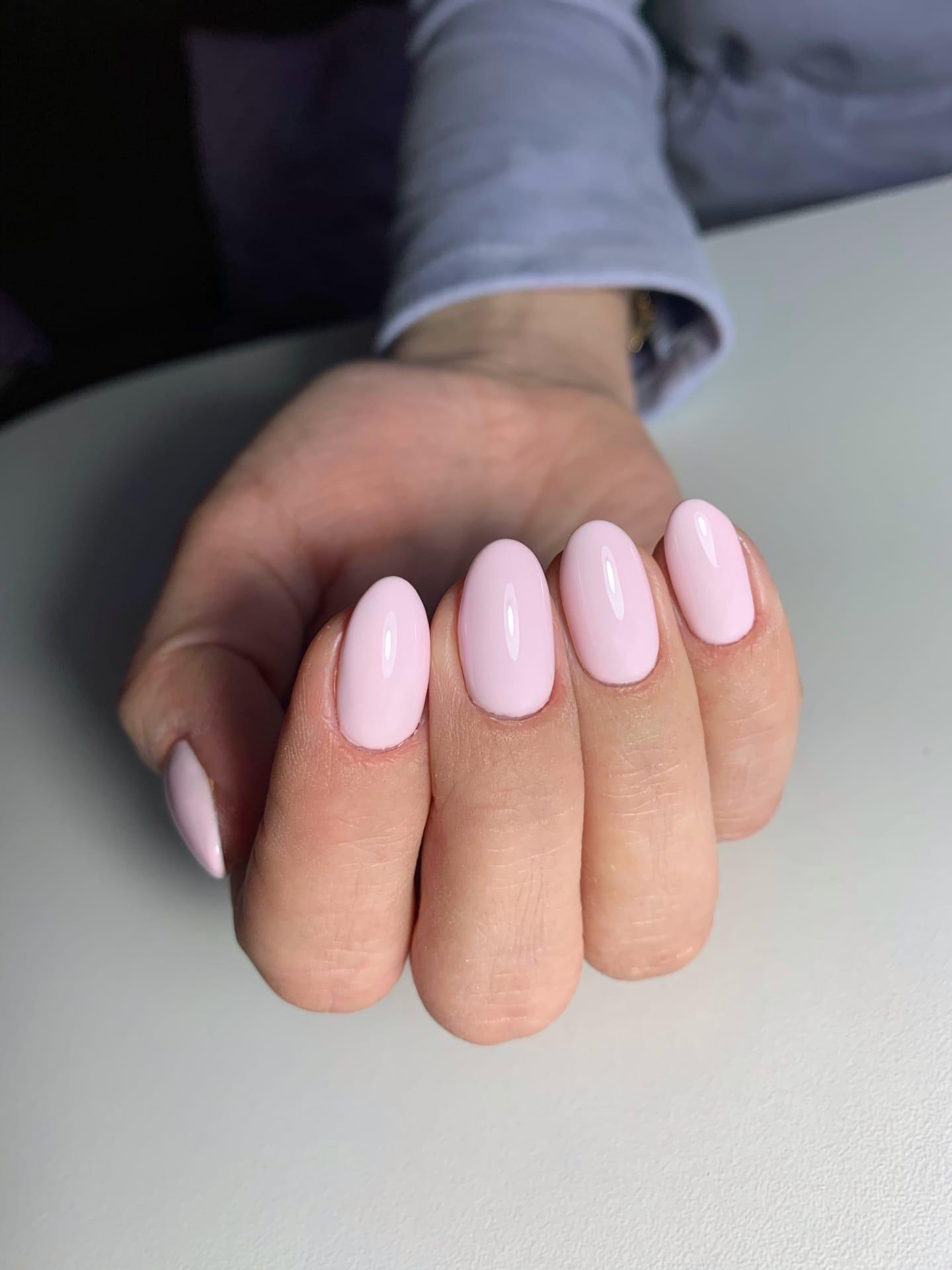 Маникюр в розовом цвете на короткие ногти.
