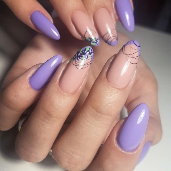 Маникюр с цветочным рисунком и паутинкой в сиреневом цвете на длинные ногти.