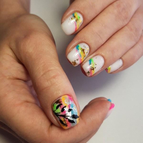 Маникюр с цветным рисунком и золотой фольгой в молочном цвете на короткие ногти.