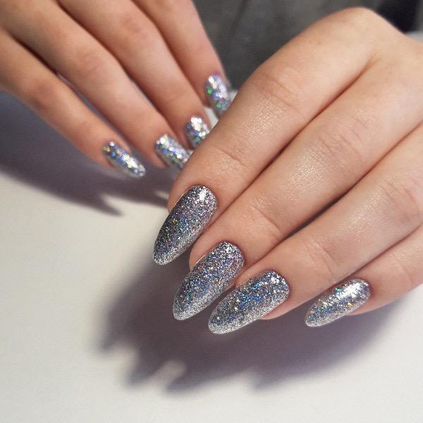 Маникюр с серебряными блестками на длинные ногти.