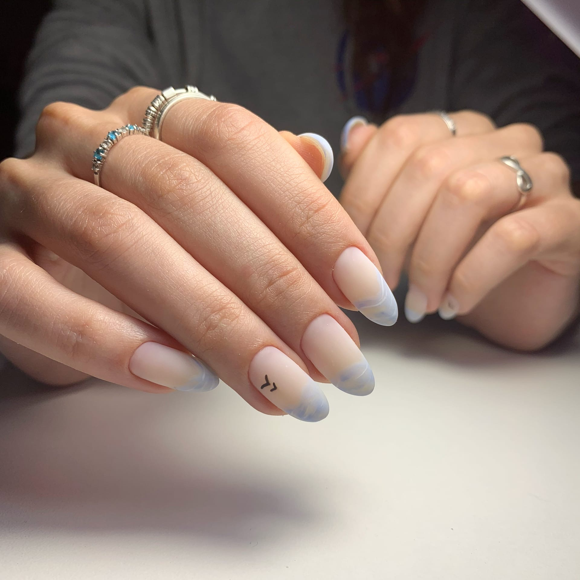 Матовый маникюр с морским дизайном в молочном цвете на длинные ногти.