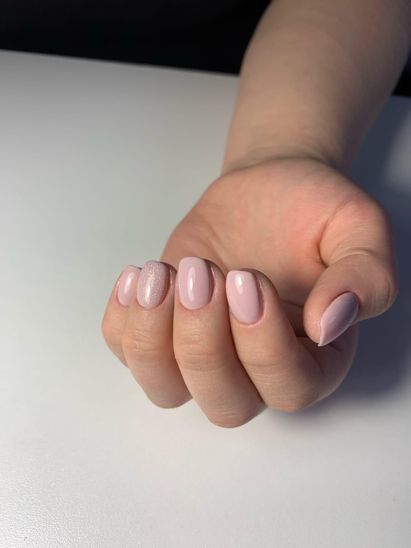 Маникюр с блестками в пастельных тонах на короткие ногти.
